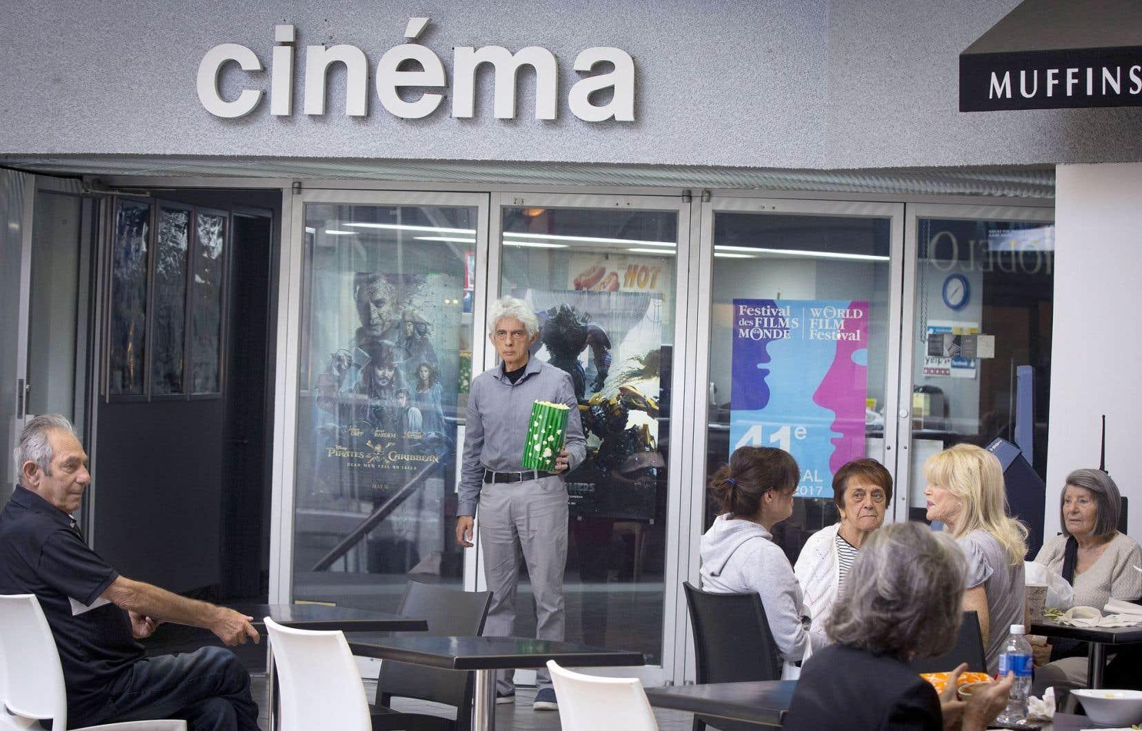 Bernard «Bernie» Gurberg, au centre, est propriétaire du cinéma Dollar «depuis le 4juin 2004». L'homme aime prendre des risques.