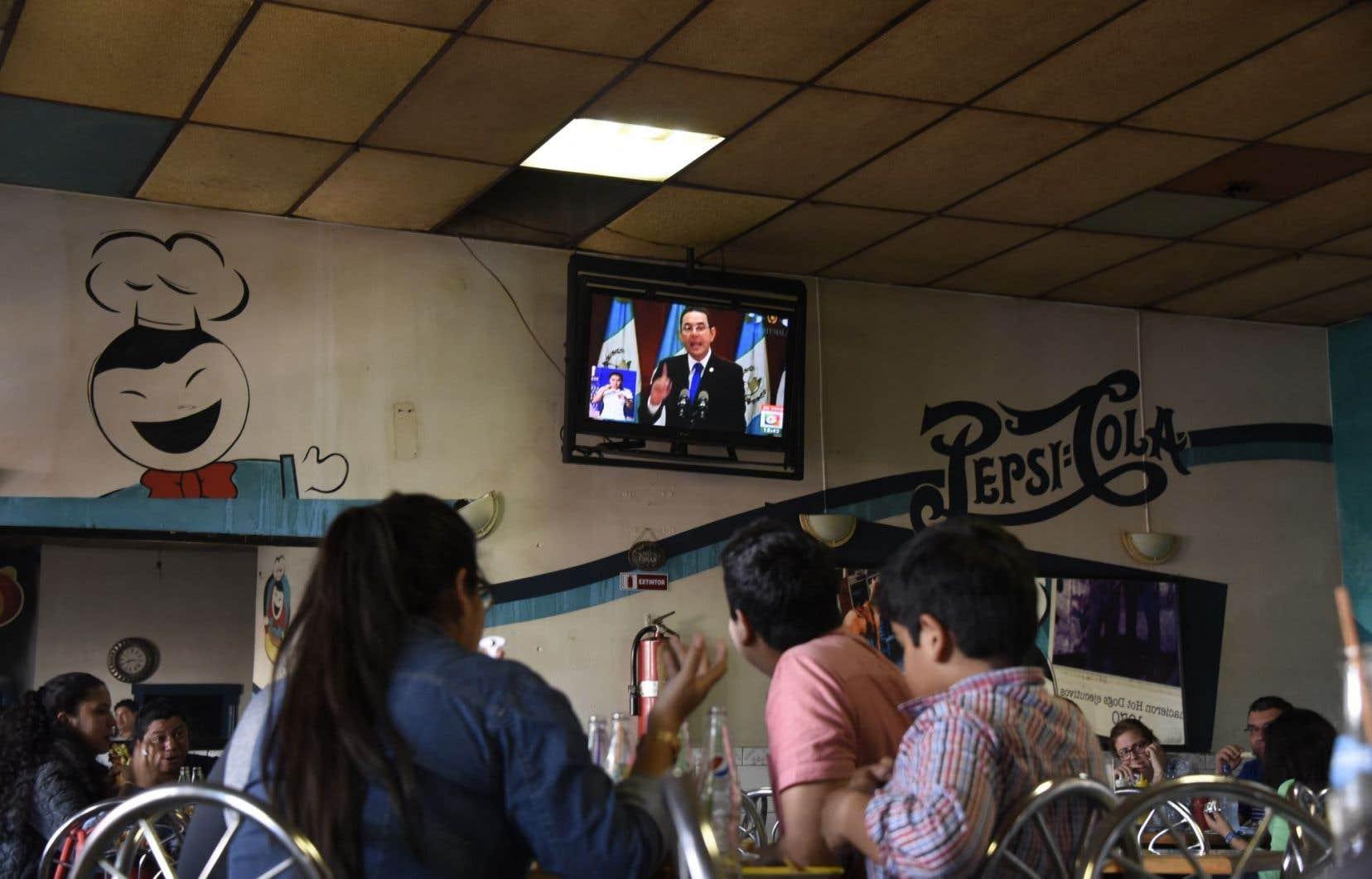Le président Jimmy Morales (qui apparaît à la télévision) est soupçonné de financement illégal de sa campagne électorale en 2015.
