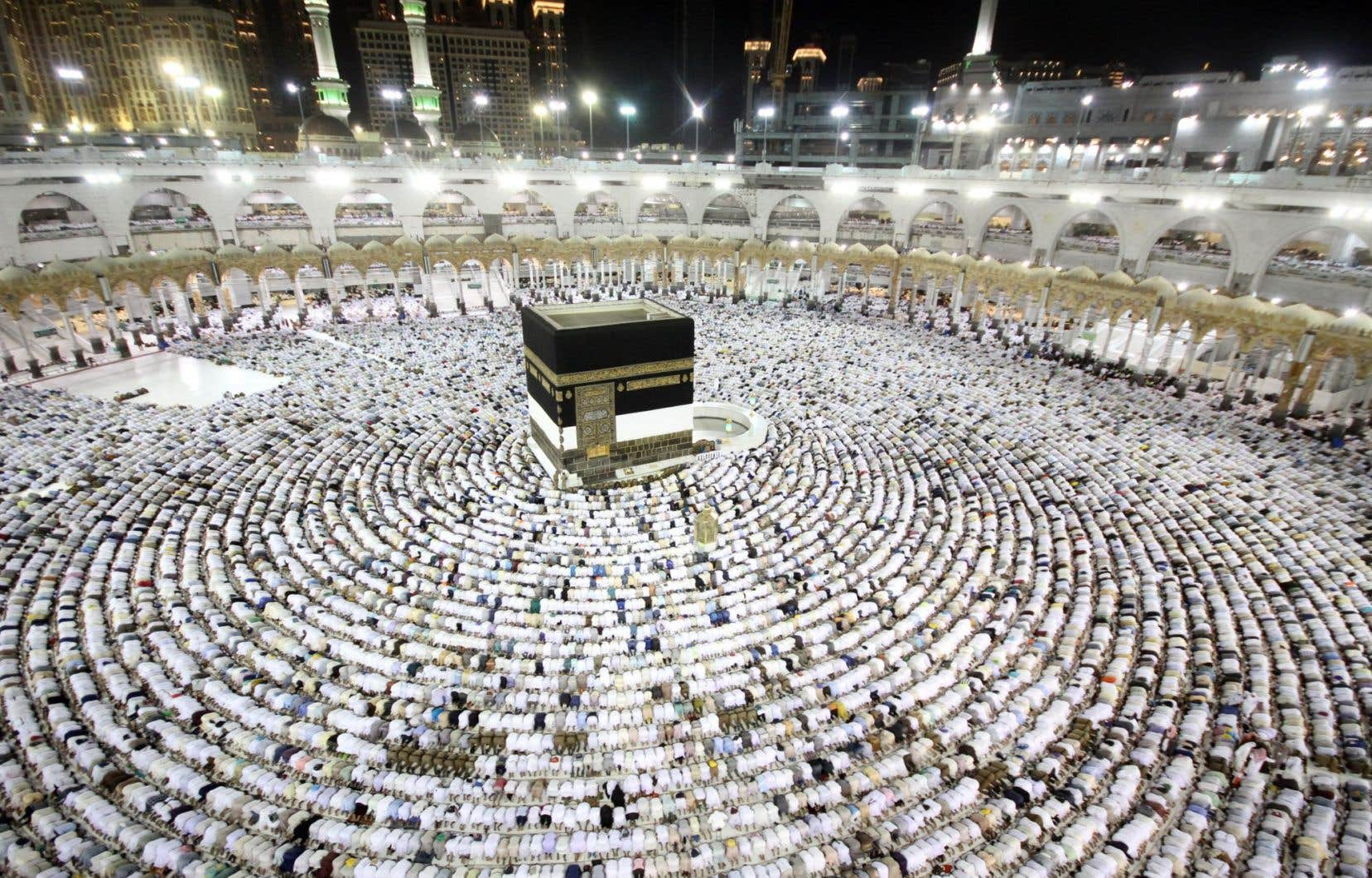 À son arrivée à La Mecque, les pèlerins font sept fois le tour de la Kaaba, autour de laquelle a été construite la Grande Mosquée.