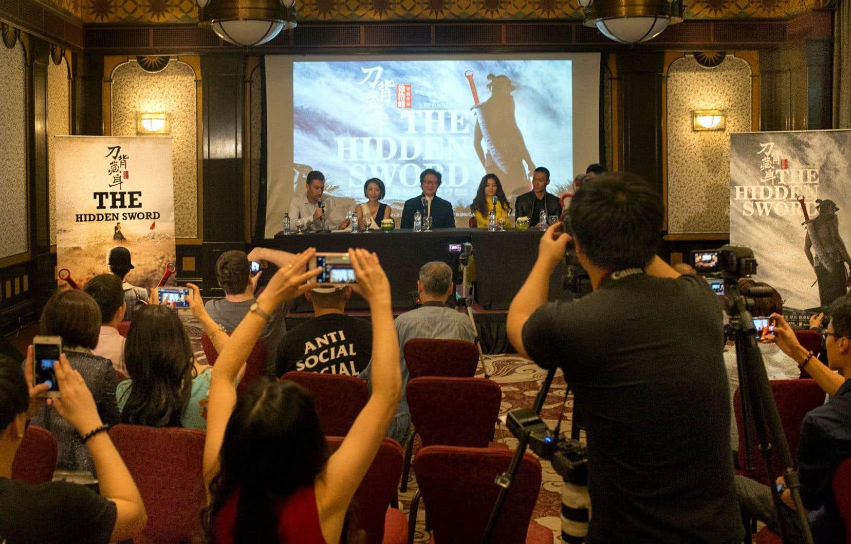 Une quinzaine de personnes associées à «The Hidden Sword», dont Clément Magar, d.g. de Go Global (à gauche) et le réalisateur, écrivain et scénariste Xu Haofeng (au centre) sont à Montréal pour présenter le long métrage au 41eFestival des films du monde.