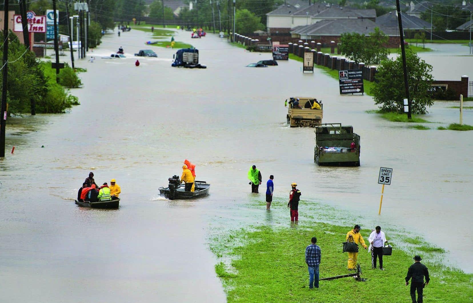 L'essentiel des opérations vise actuellement à évacuer les populations et à secourir les sinistrés, mais la question de l'impact sur l'économie du Texas va vite devenir capitale.