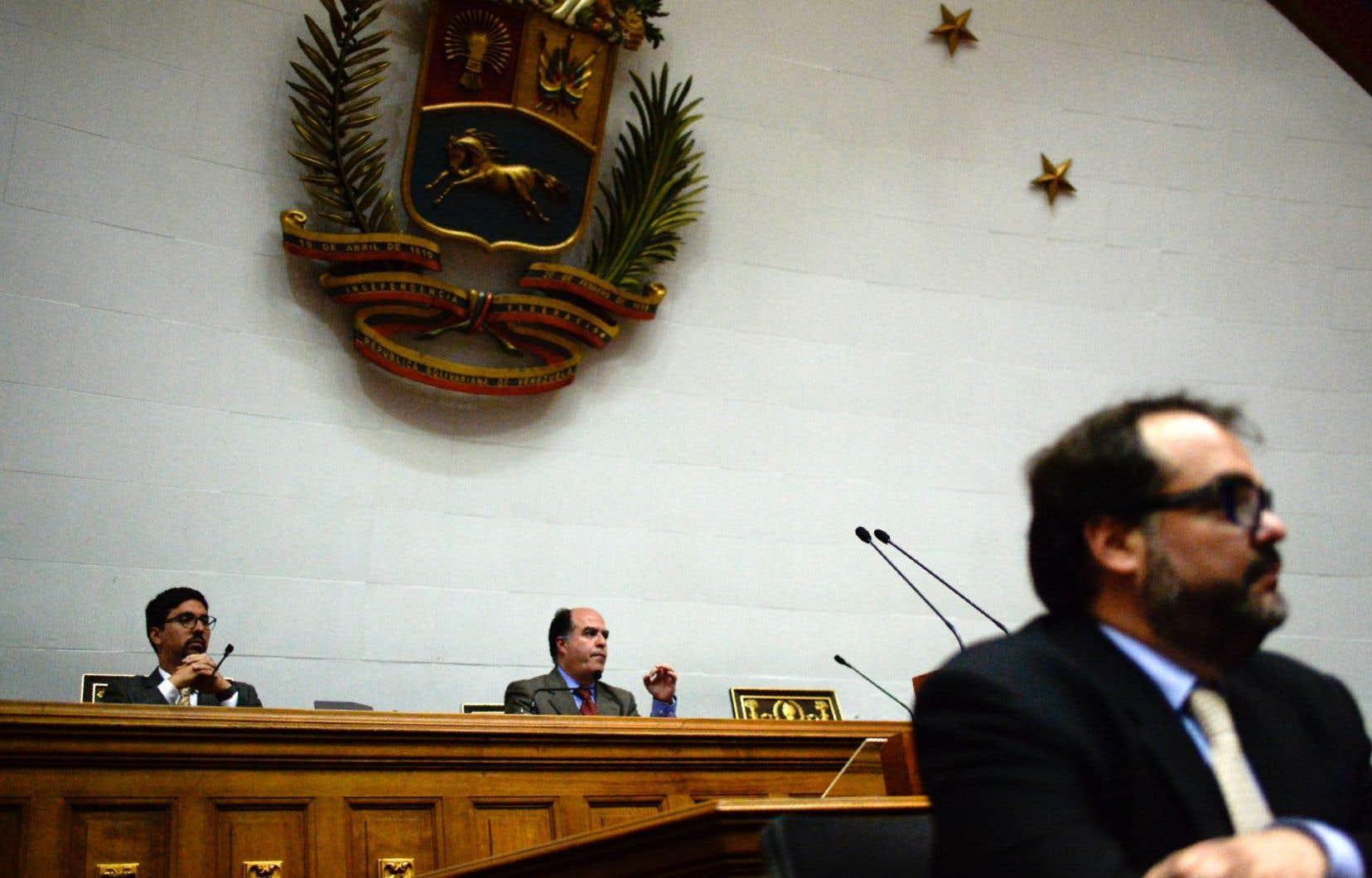Le président du Parlement et chef de l'opposition vénézuélienne,Julio Borges (au centre), et le vice-président du Parlement, Freddy Guevara, lors d'une session parlementaire à Caracas, mardi