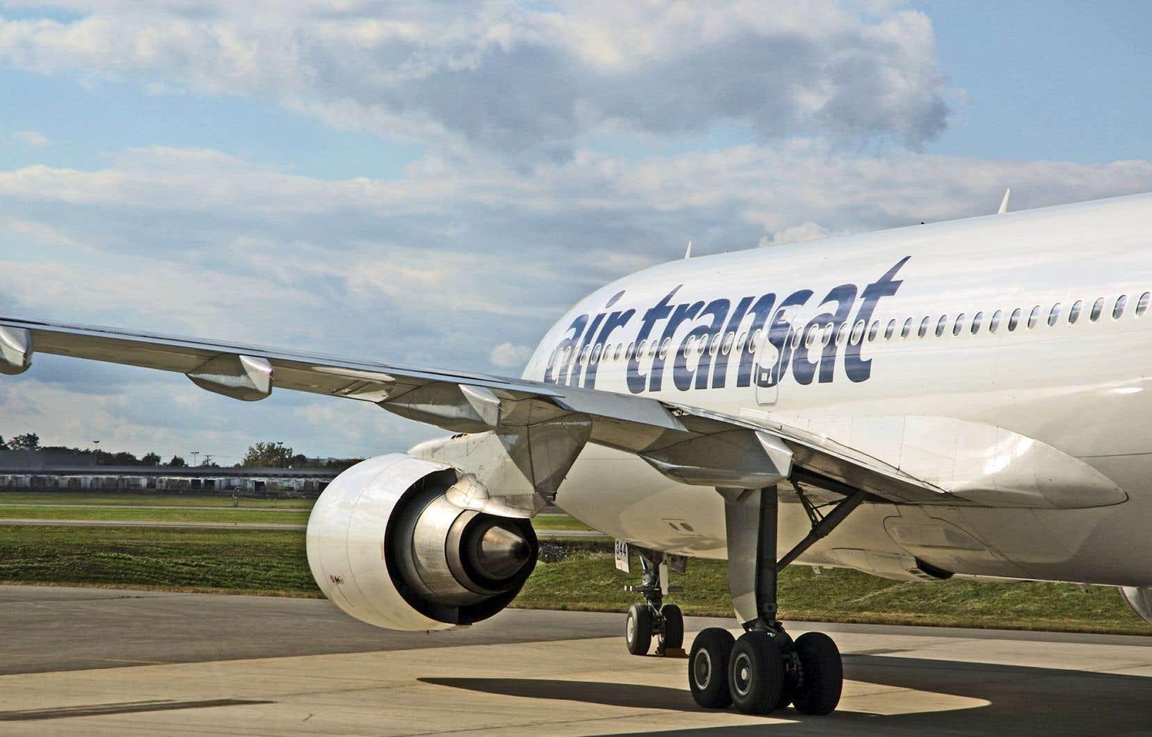 Des centaines de passagers de deux vols d'Air Transat sont restés coincés dans des avions durant cinq et six heures respectivement.