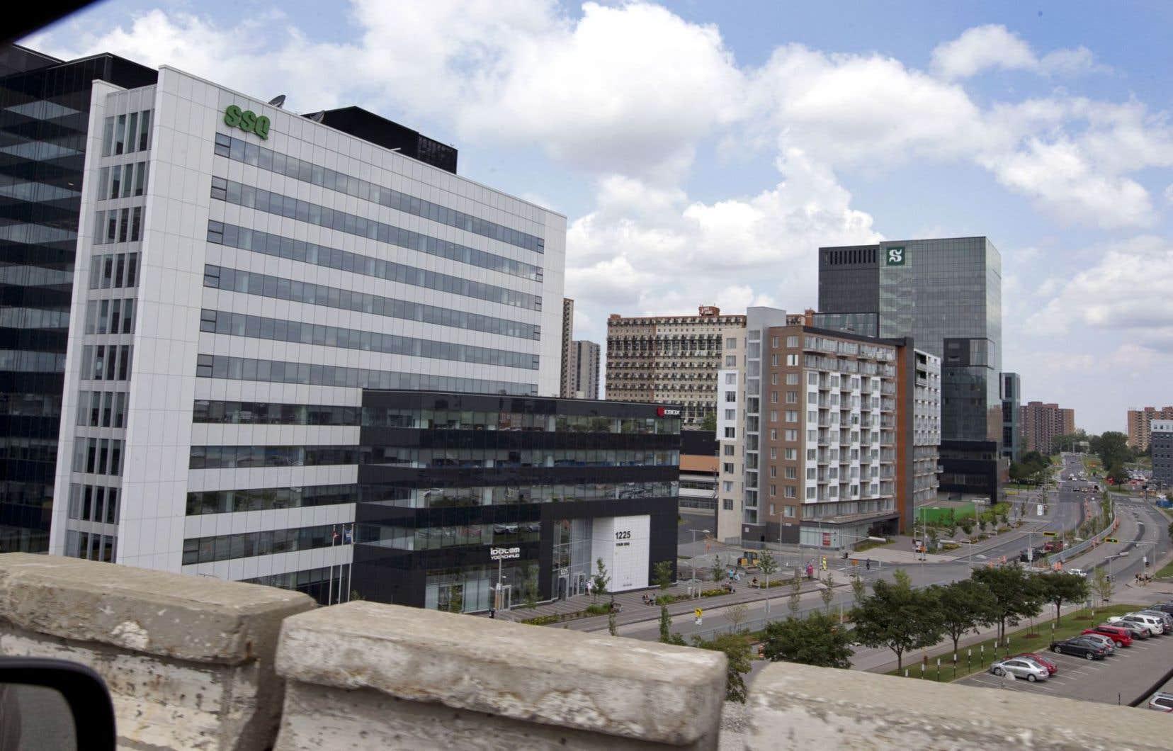 Une petite ville, avec ses tours d'habitation, ses commerces et ses institutions, s'est bâtie autour de la station Longueuil-Université de Sherbrooke depuis son ouverture dans les années 1960.
