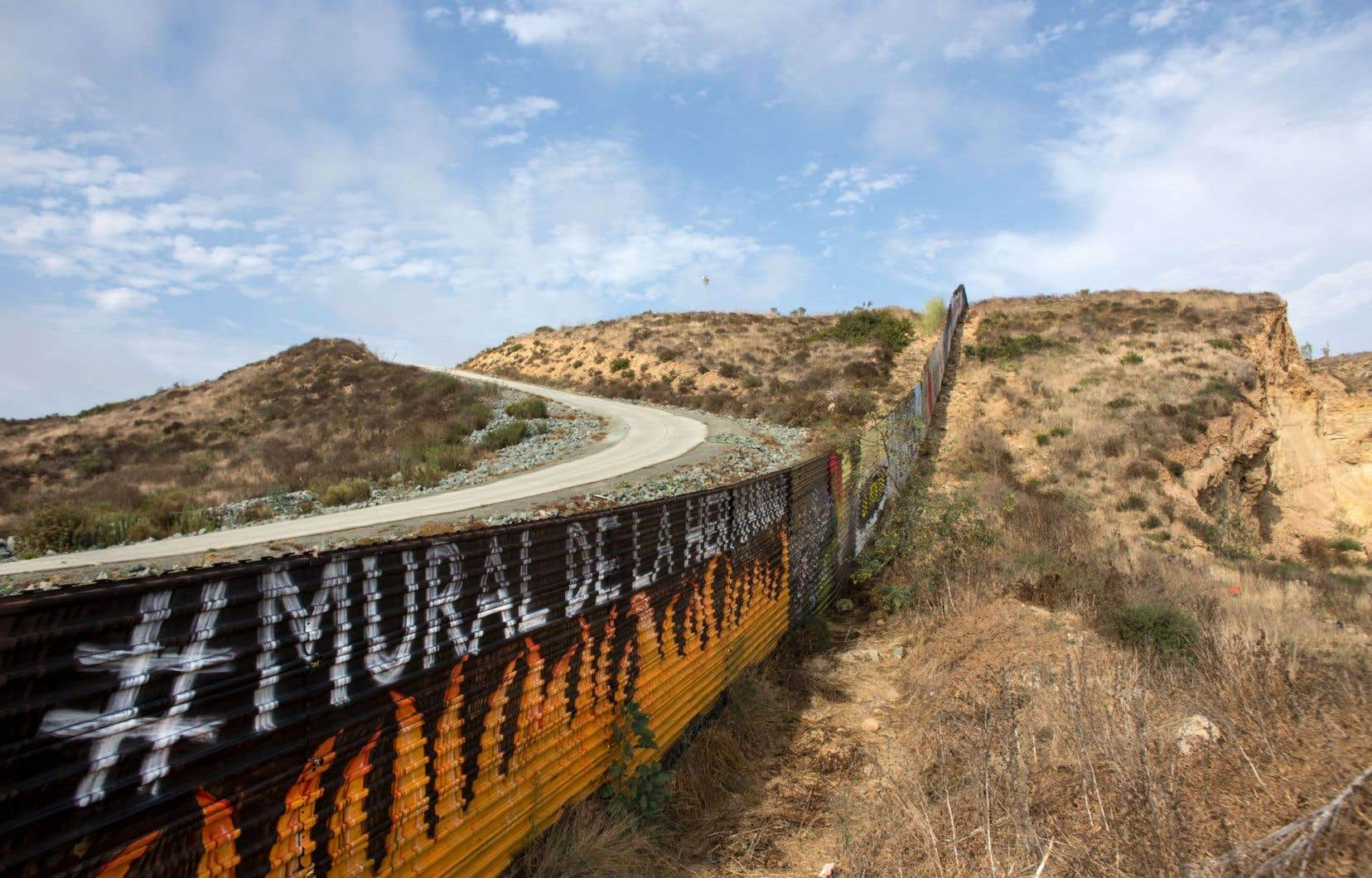 Une portion du mur frontalier actuel, près de la ville mexicaine de Tijuana, a été peinte par l'organisation Brotherhood Mural.