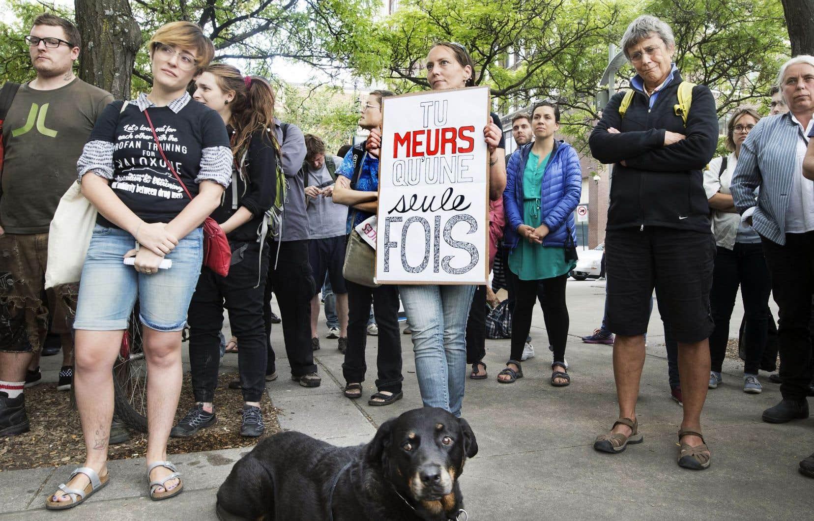 Une centaine de personnes se sont rassemblées jeudi aux Jardins Émilie-Gamelin, pour rendre hommage aux victimes québécoises des surdoses d'opioïdes.