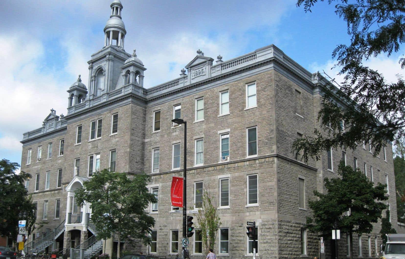 La bibliothèque actuelle, sur l'avenue Mont-Royal, ne suffit plus à la demande depuis des années. C'est également le cas de la Maison de la culture du Plateau-Mont-Royal, sise à la même adresse.