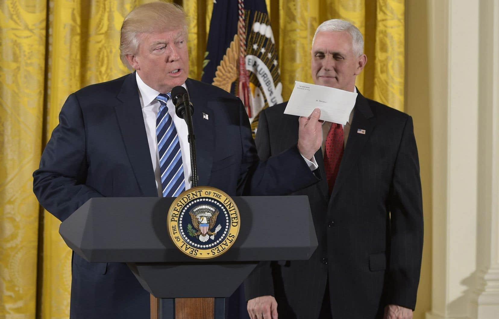 Avant que les médias n'obtiennent une copie de la lettre laissée par Barack Obama, le président Trump l'avait montrée lors d'une conférence de presse le 22 juillet dernier.