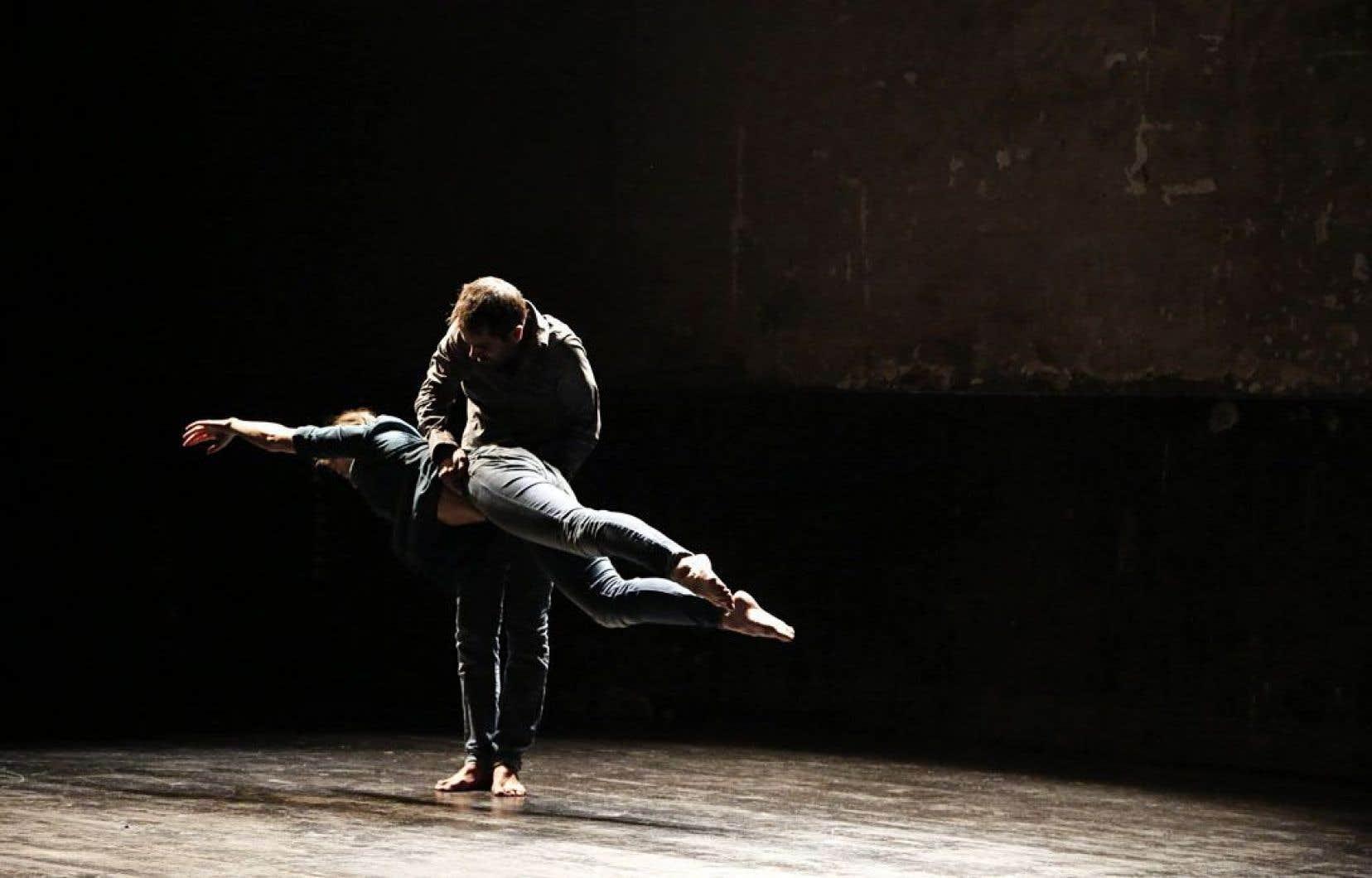 Monté comme un collage de différents matériaux, Silencio repose sur une scénographie sobre, où trois danseurs jouent sur la gravité.