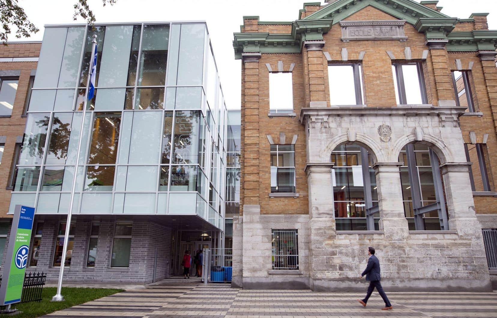 L'ancienne façade de l'école Baril a été conservée pour rappeler le passé du bâtiment. Le reste de l'école est tout neuf.