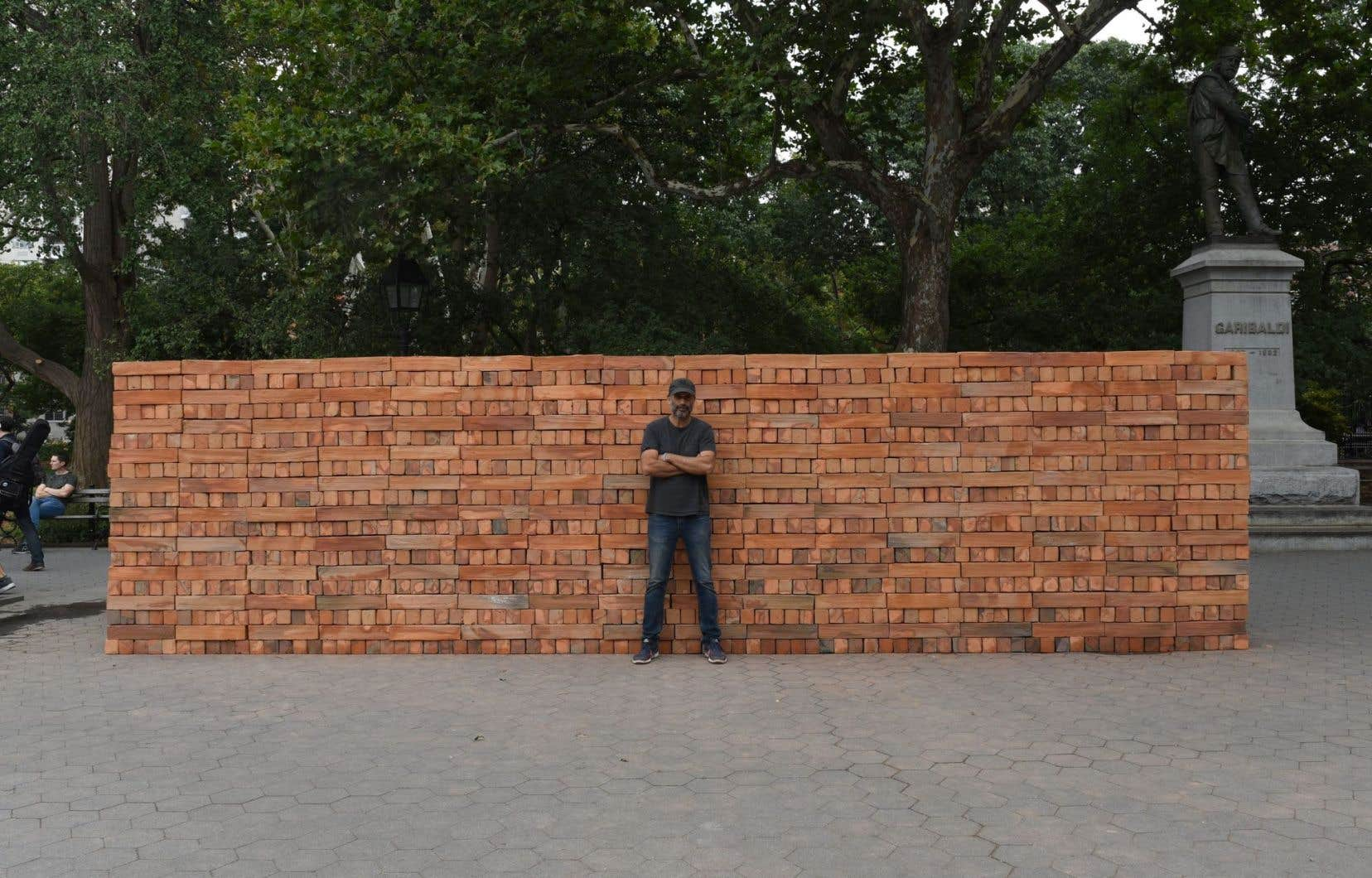L'artiste mexicain Bosco Sodi devant son installation éphémère «Muro» dans le parc Washington Square de Greenwich, à New York, jeudi