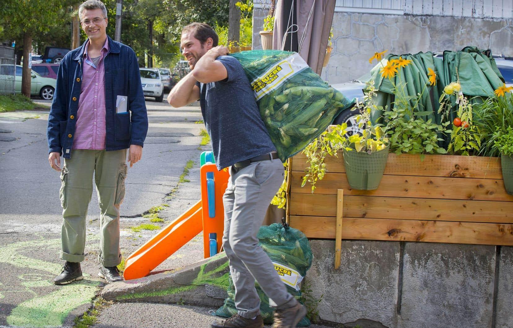 Pierre-Étienne Lessard dans la ruelle Desjardins, qui célébrait vendredi les Journées des ruelles vertes.