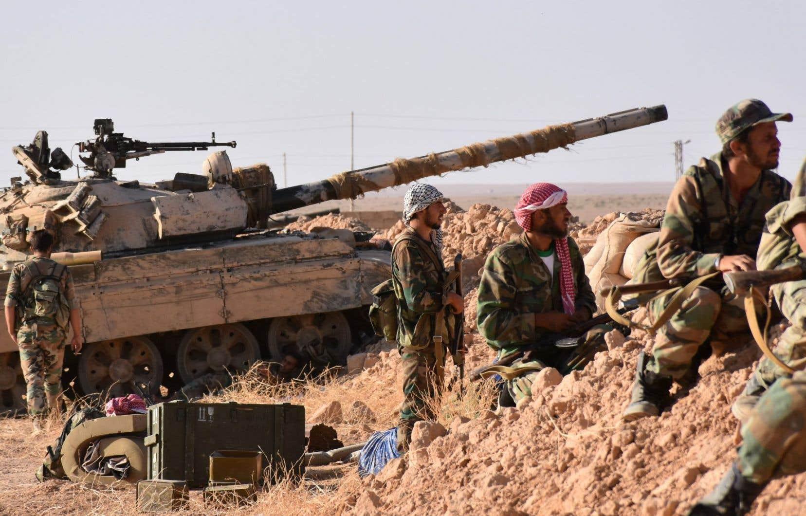 Les forces pro-gouvernementales syriennes tiennent une position près du village d'al-Maleha, dans la banlieue nord de Deir Ezzor.