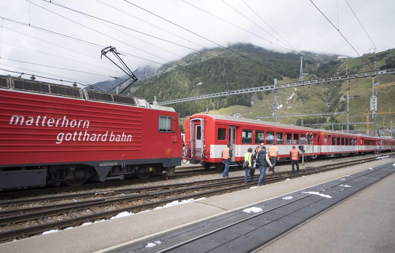 <p>L'accident est survenu peu avant midi lors d'une manoeuvre d'un convoi de la compagnie régionale Matterhorn-Gotthard-Bahn, composé d'une locomotive et de cinq wagons, et transportant une centaine de voyageurs.</p>