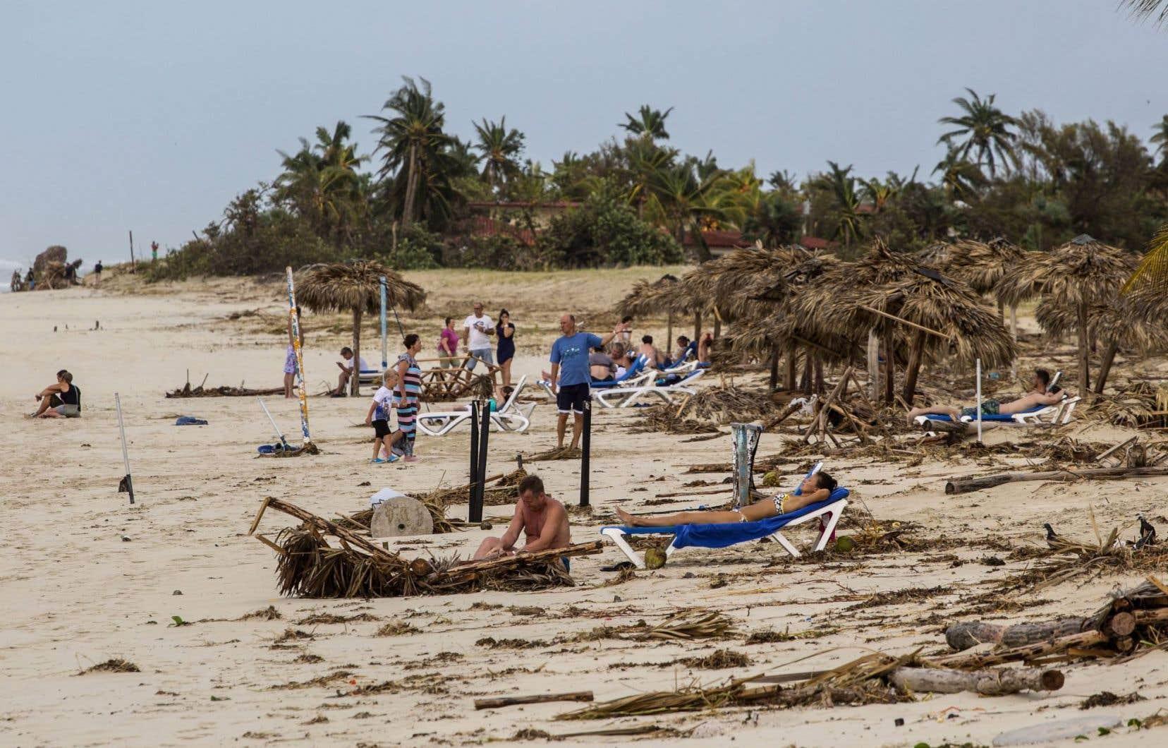 Des touristes se prélassent sur la plage après le passage de l'ouragan «Irma» à Varadero, Cuba.