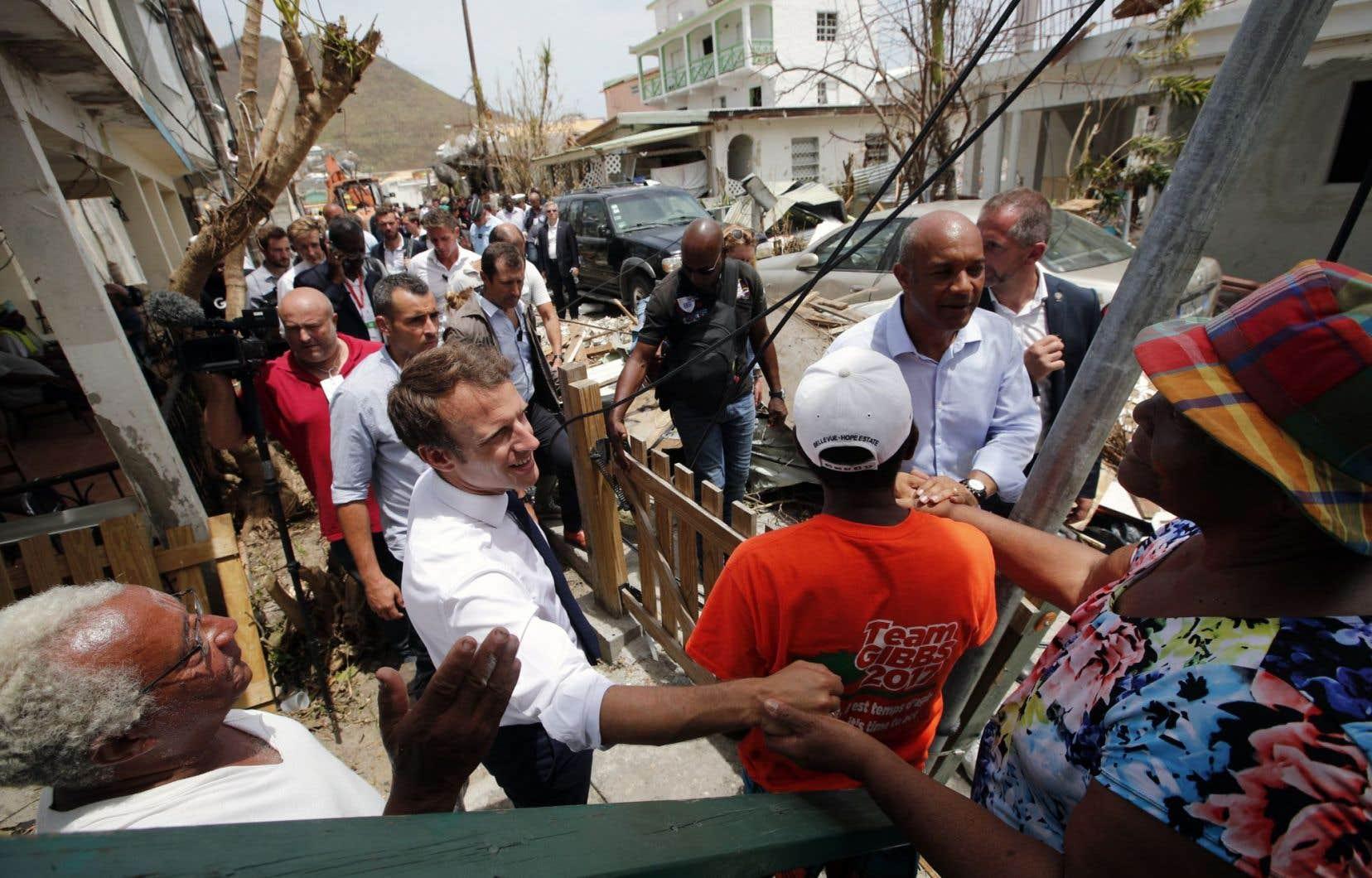 Le président français Emmanuel Macron a rencontré des sinistrés dans les rues de Saint-Martin, mardi.