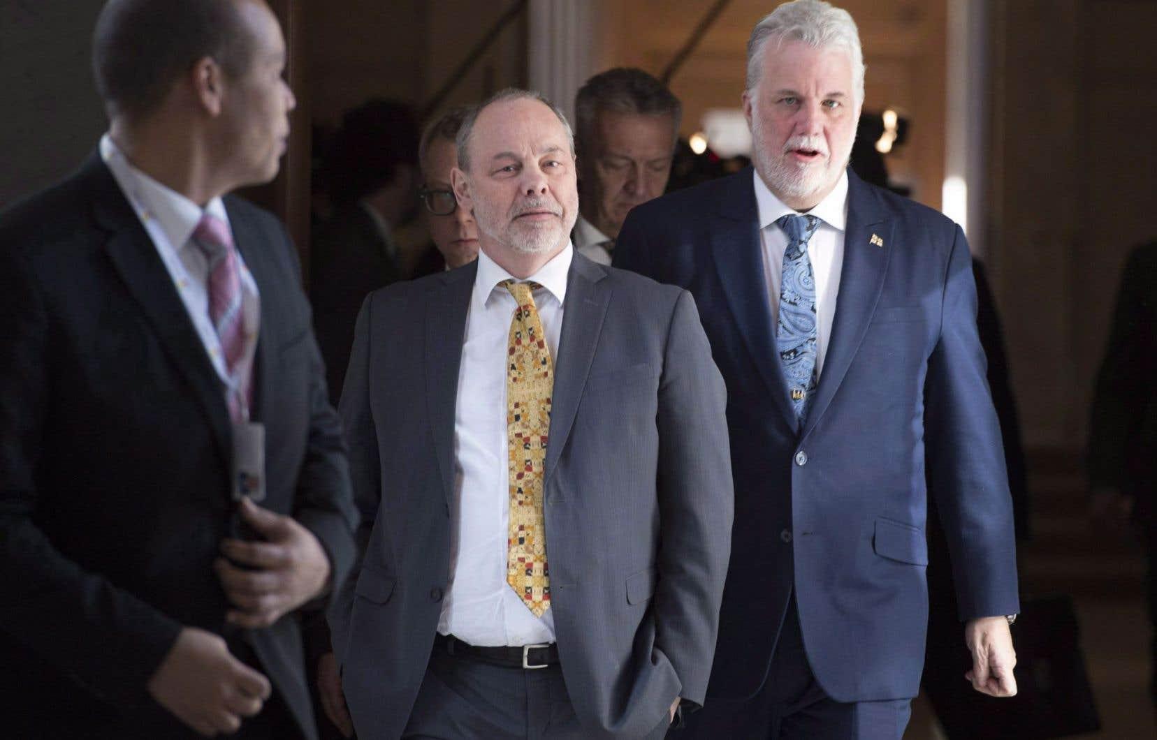 Le premier ministre Philippe Couillard (à droite), son ancien chef de cabinet Jean-Louis Dufresne (au centre) et son anciendirecteur des communications, Harold Fortin (à gauche)