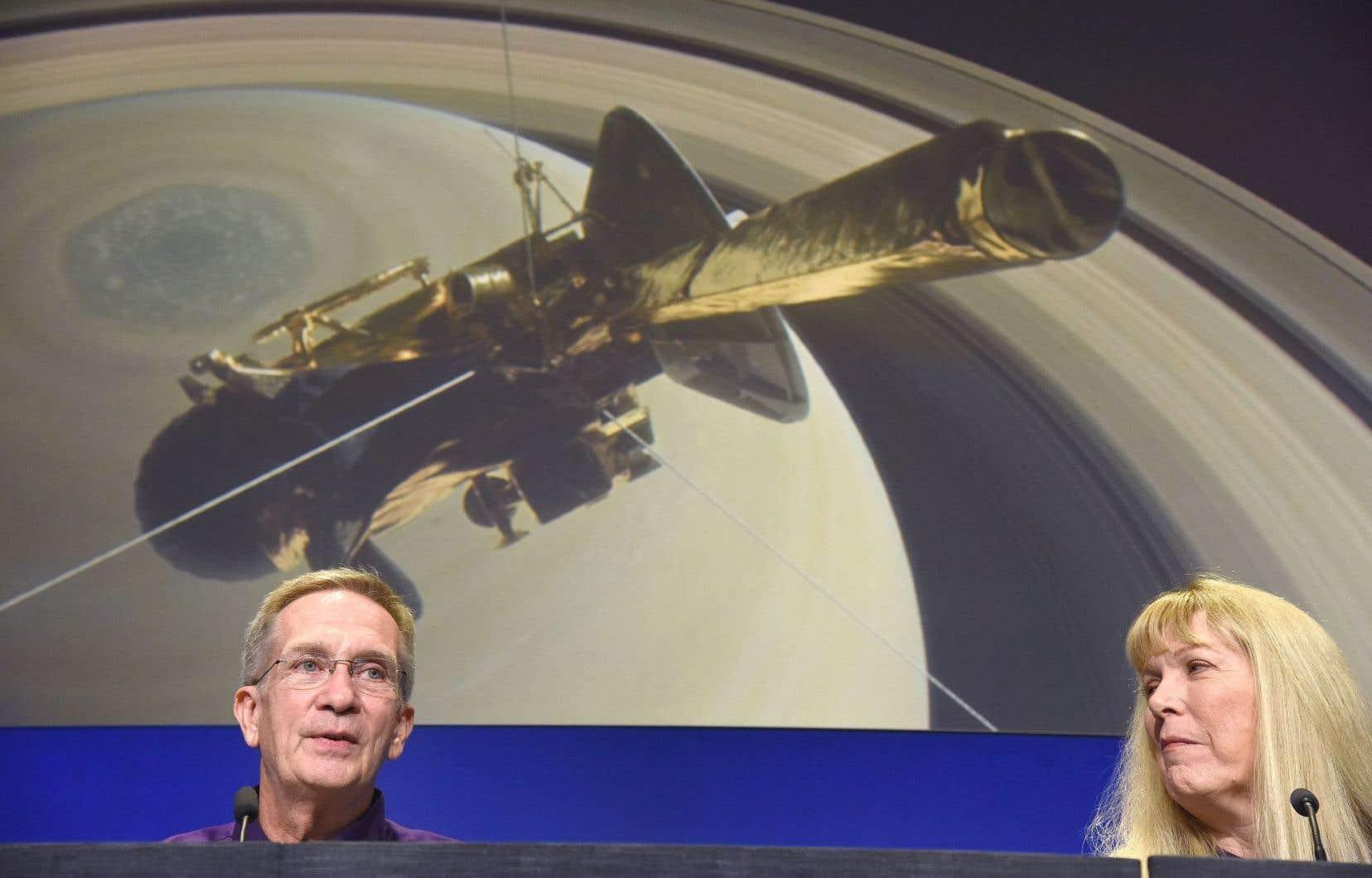 Le directeur du projet Cassini, Earl Maize, et la scientifique Linda Spilker, devant une illustration de la chute de la sonde vers Saturne.