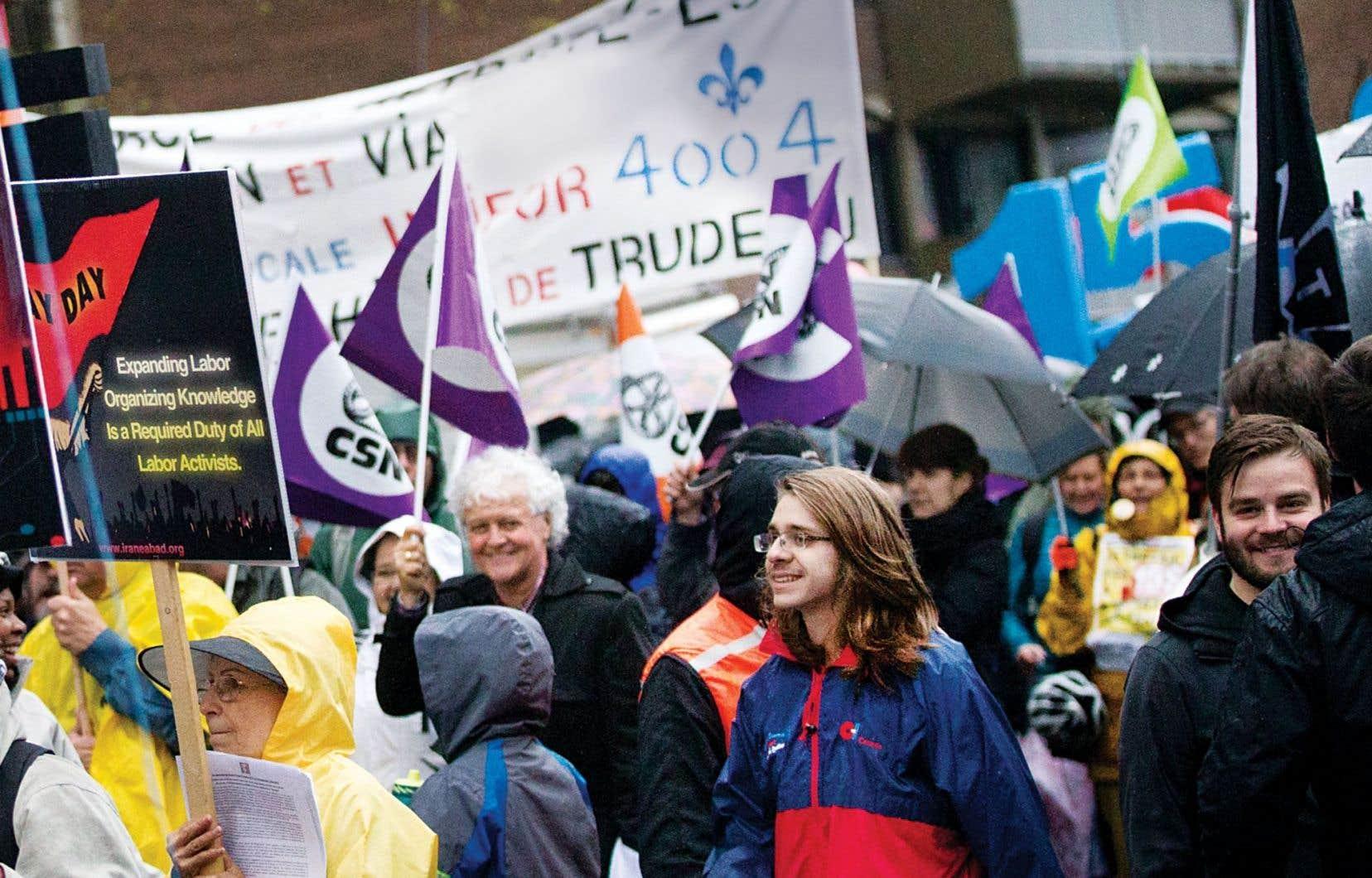 Les participants à la marche pour la Journée internationale des travailleurs, organisée à l'appel de la Coalition montréalaise du 1ermai, demandaient, parmi leurs revendications, l'augmentation du salaire minimum à 15 $.