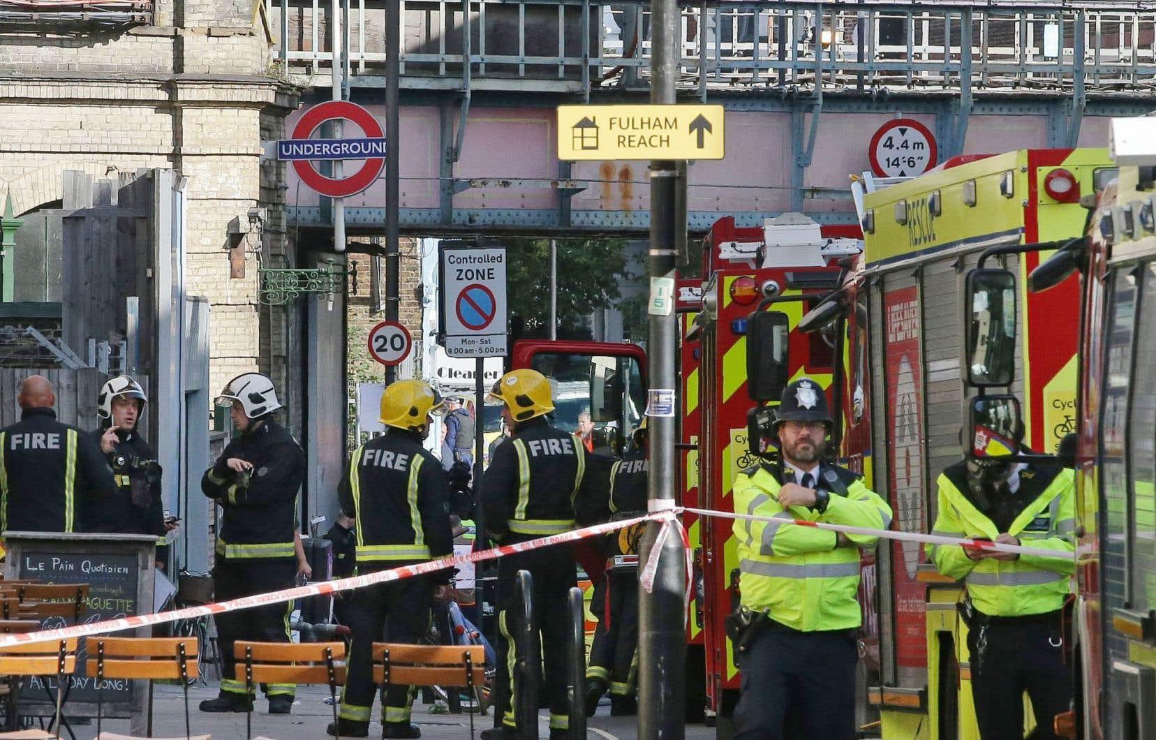 Dans la matinée, les environs de la station de Parsons Green, située dans un quartier aisé du sud-ouest de Londres, étaient bouclés par la police, qui a dressé un cordon de sécurité et posté des hommes équipés de fusils d'assaut.