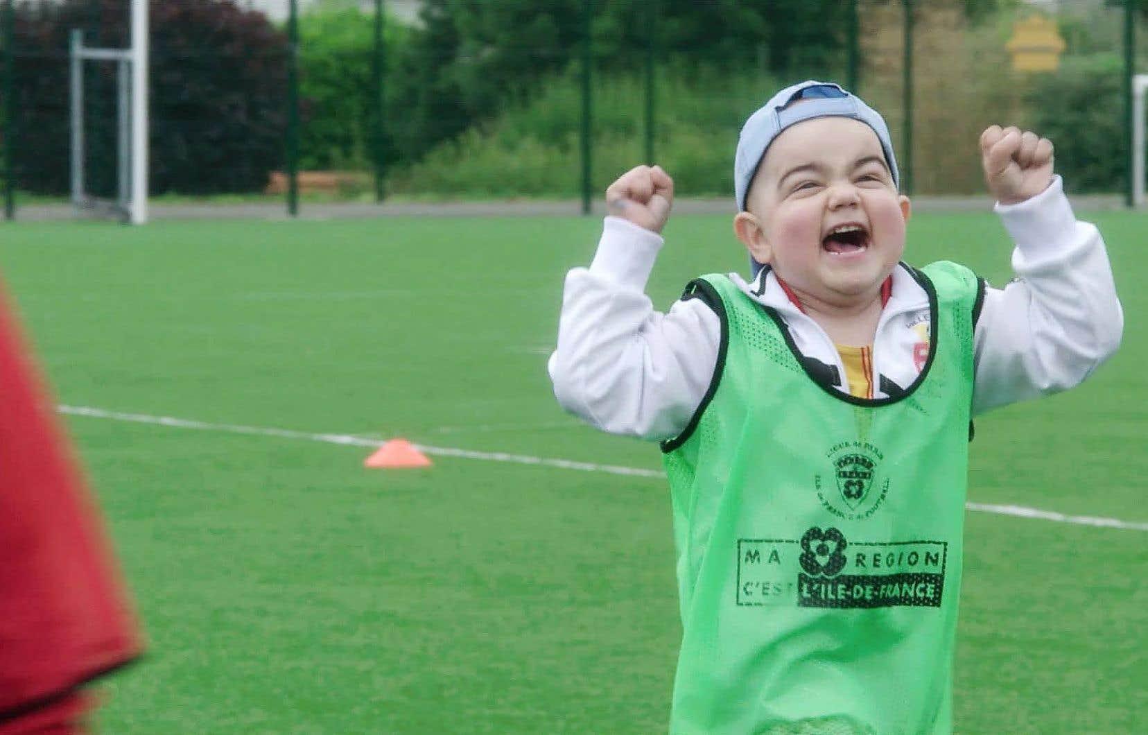Camille, atteint d'un cancer, joue au soccer et fait fi des limites que la maladie pose sur son chemin.