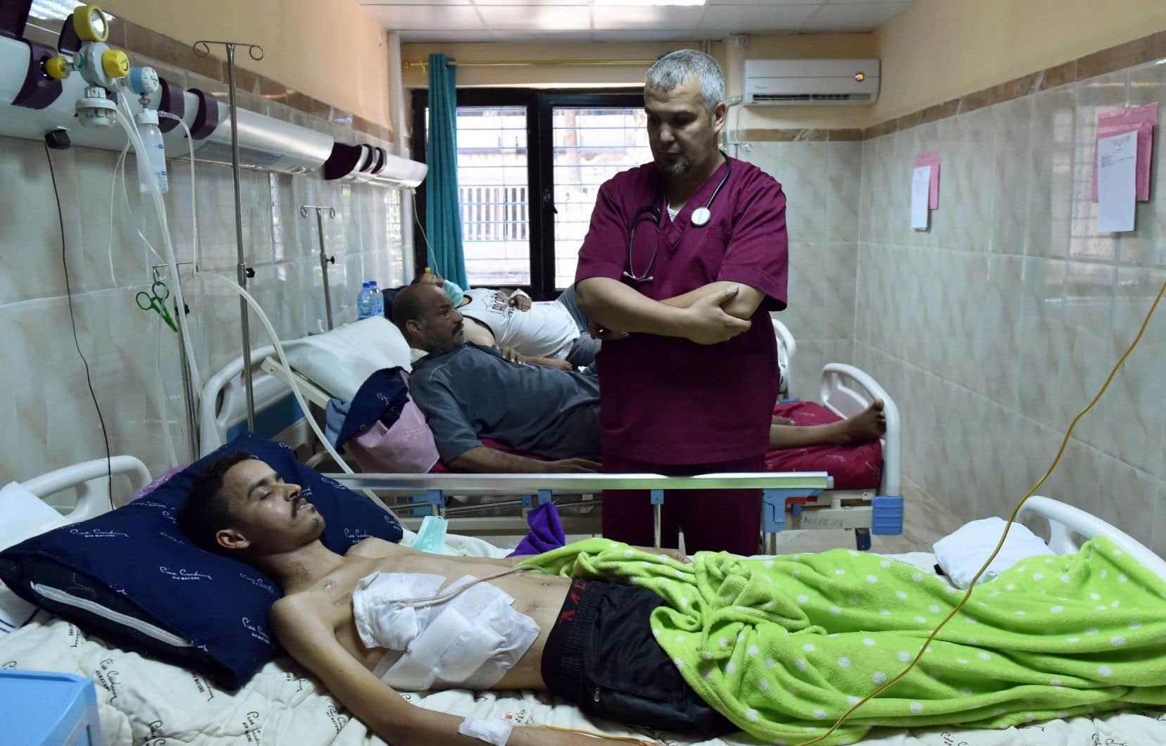 Le DrAhmed Bougroura, chef du service de néphrologie, discute avec l'un de ses patients.