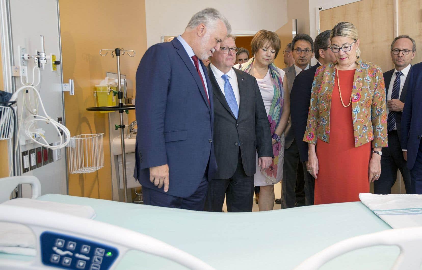 Le premier ministre, Philippe Couillard, le ministre de la santé, Gaétan Barrette, le maire de Montréal, Denis Coderre, ainsi que plusieurs autres représentant gouvernementaux ont découvert les nouveaux locaux du Centre hospitalier de l'Université de Montréal, dimanche.