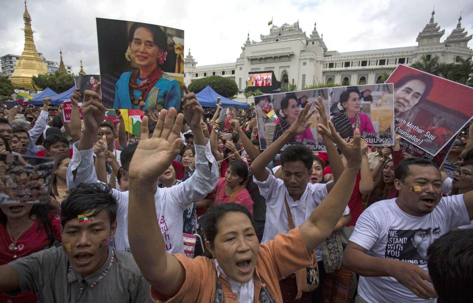 Au Myanmar, des milliers de personnes ont suivi sur des écrans géants l'intervention de leur dirigeante, Aung San Suu Kyi, munies de pancartes en soutien à celle qui reste une icône dans son pays.