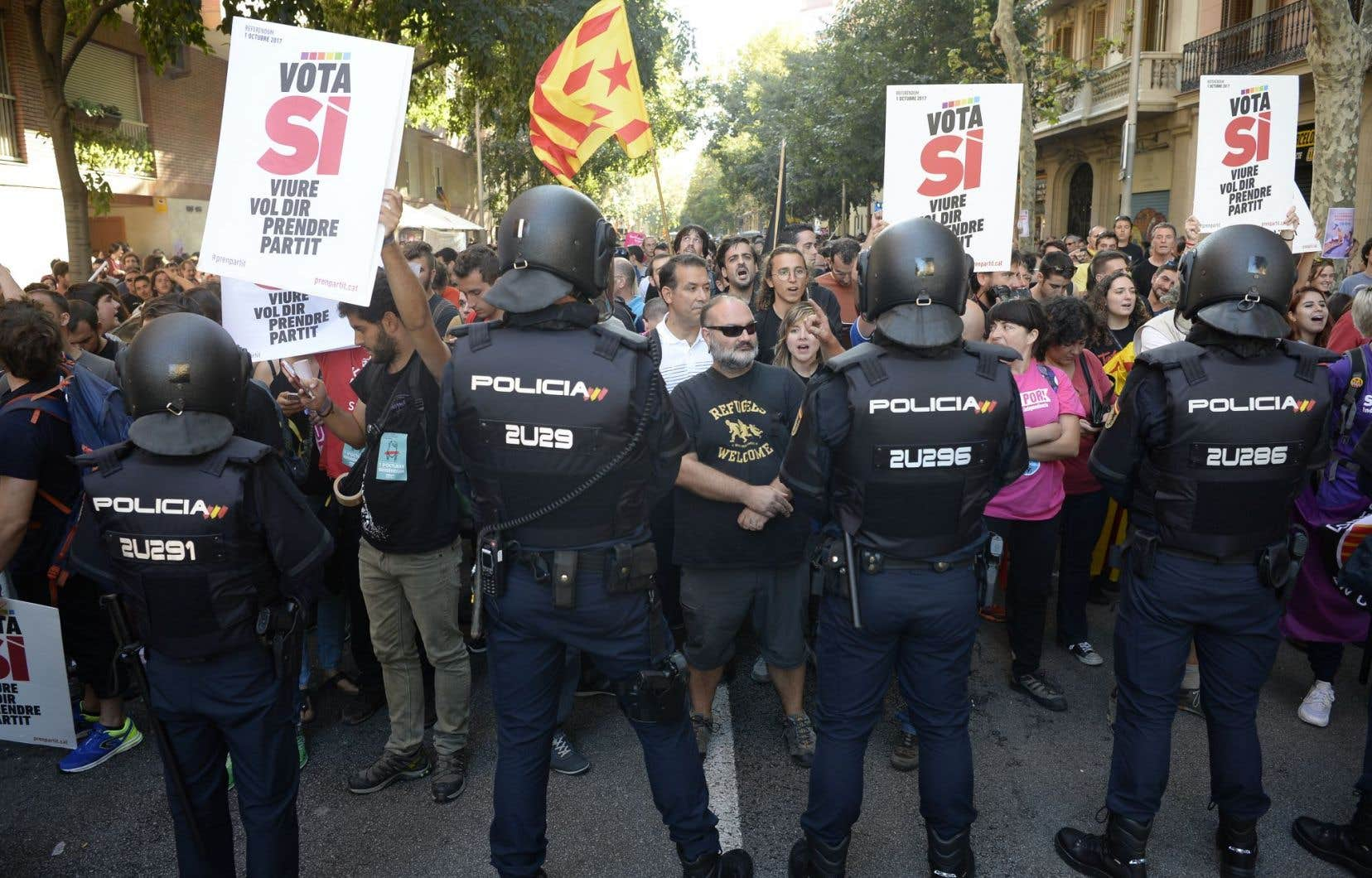 Les méthodes employées par Madrid pour tenter d'empêcher la Catalogne de tenir un référendum sur l'indépendance de cette région de l'Espagne ont suscité une vive réaction des citoyens.