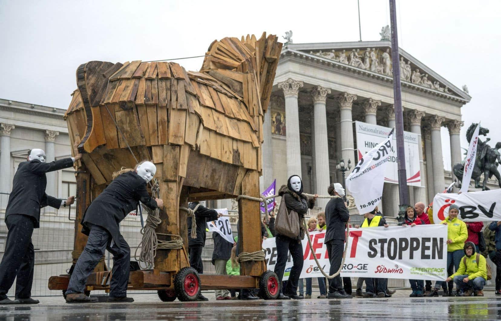 Des manifestants protestaient contre l'AECG devant le parlement d'Autriche, mercredi.