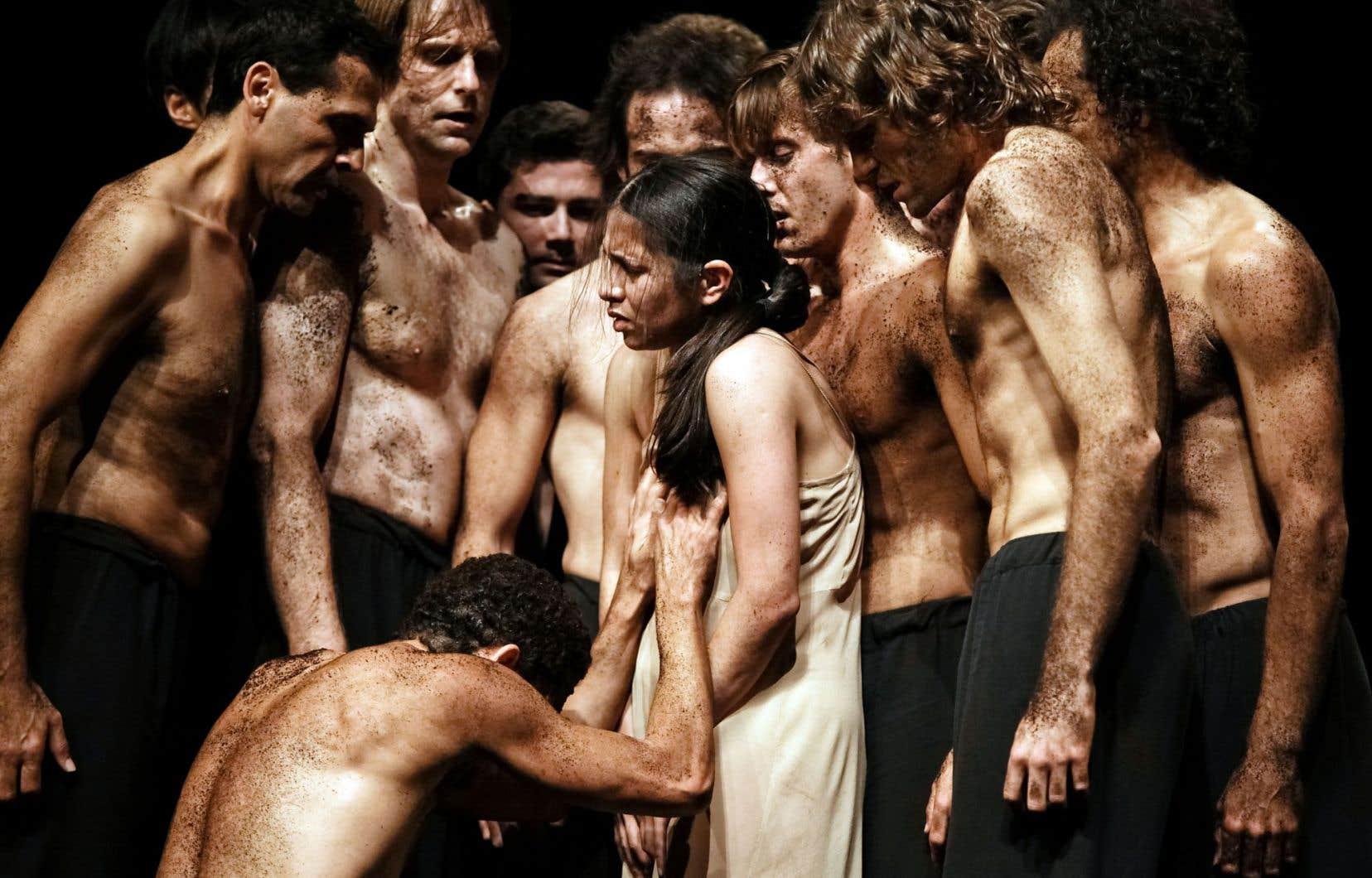 Une scène tirée du «Sacre du printemps», qui, au Tanztheather Wuppertal, est une pièce terreuse à l'énergie crue et explosive.