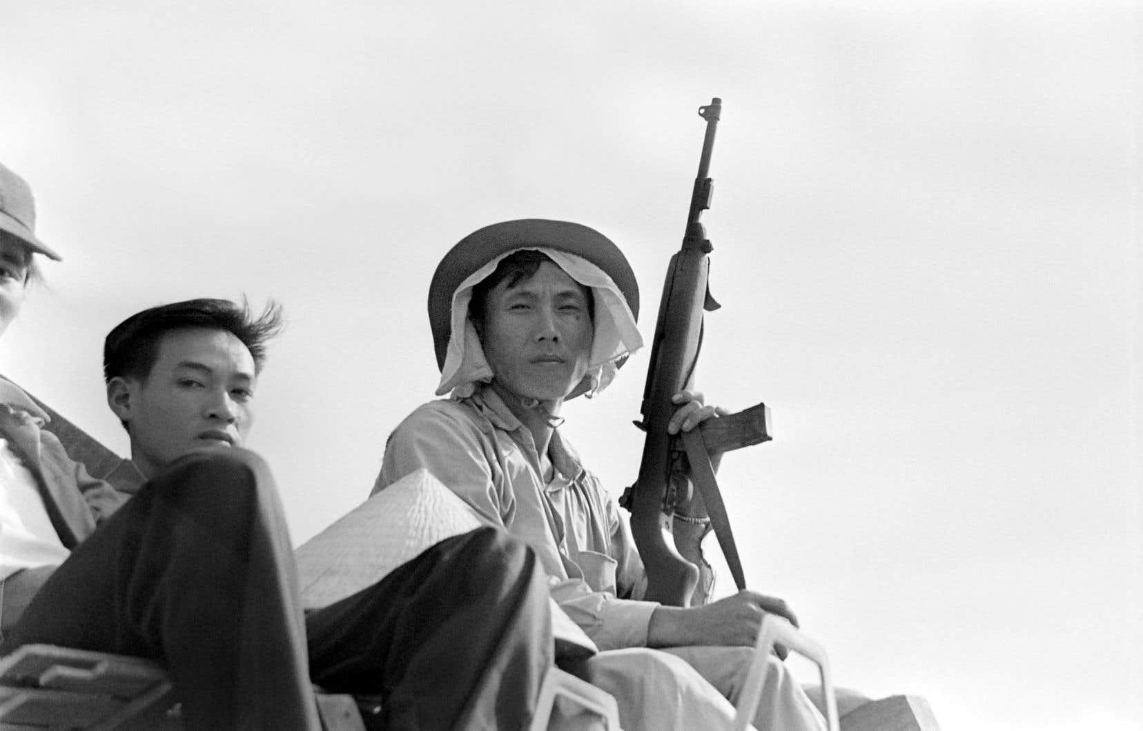 Des soldats nord-vietnamiens sur un char d'assaut à Da Nang, au mois d'avril 1975, alors que la ville est assiégée par le Vietcong.