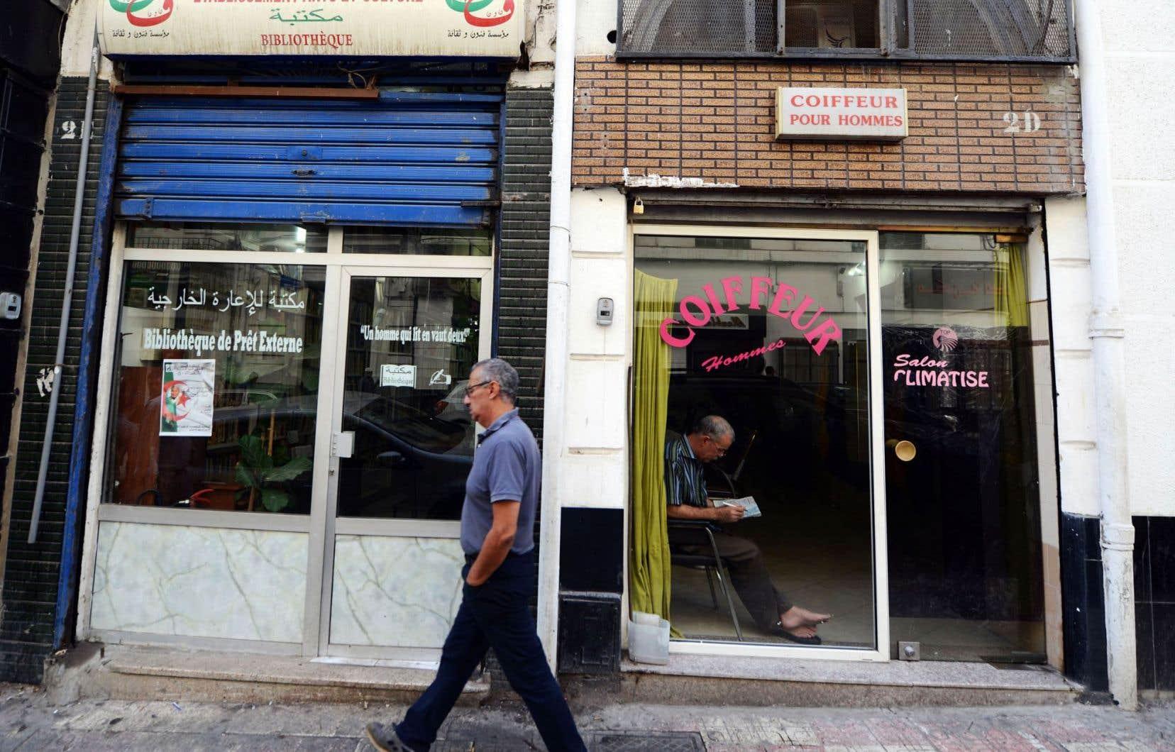 Un homme passe devant une boutique qui fut autrefois la librairie Les Vraies Richesses, fondée par Edmond Charlot, éditeur d'Albert Camus.