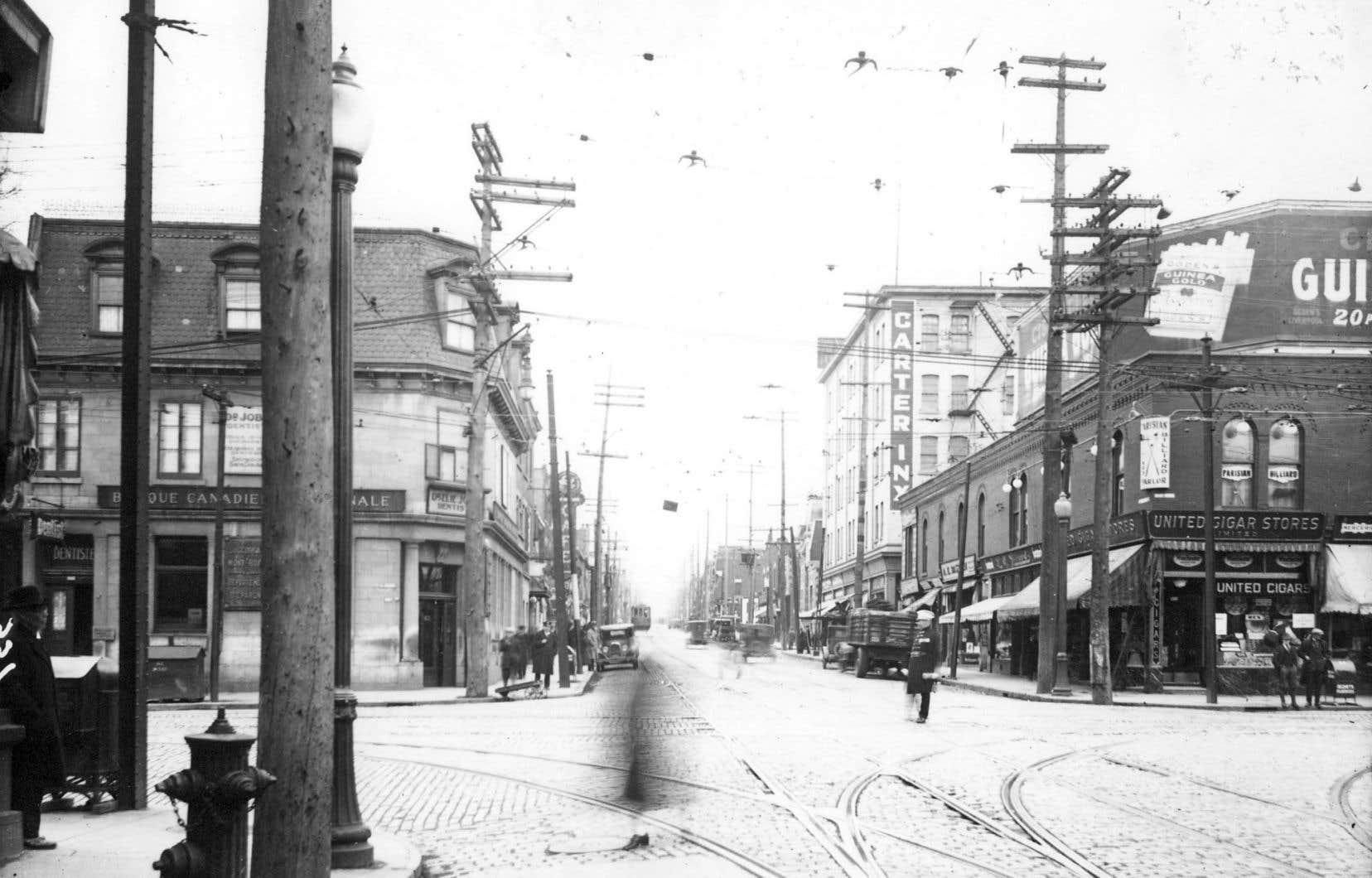 L'avenue du Mont-Royal en 1928, à l'angle de la rue Saint-Denis.