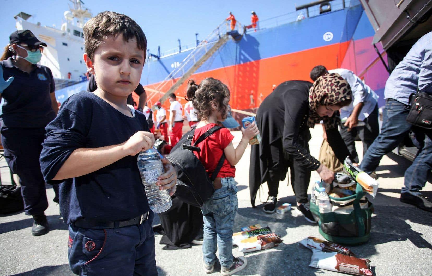Des migrants ont reçu de la nourriture et de l'eau, après avoir débarqué d'un bateau au port d'Héraklion sur l'île de Crête, en Grèce, au début du mois.