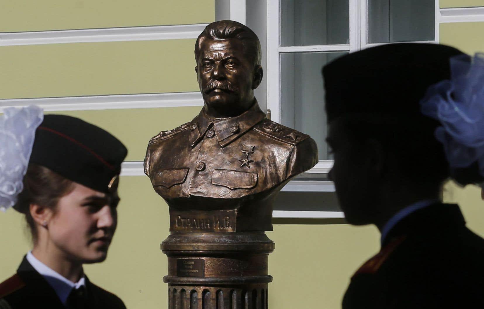 La sculpture de Staline a été inaugurée en même temps que celle des six autres dirigeants soviétiques, disposées dans l'ordre chronologique de Lénine, fondateur de l'URSS, à Mikhaïl Gorbatchev, son fossoyeur.