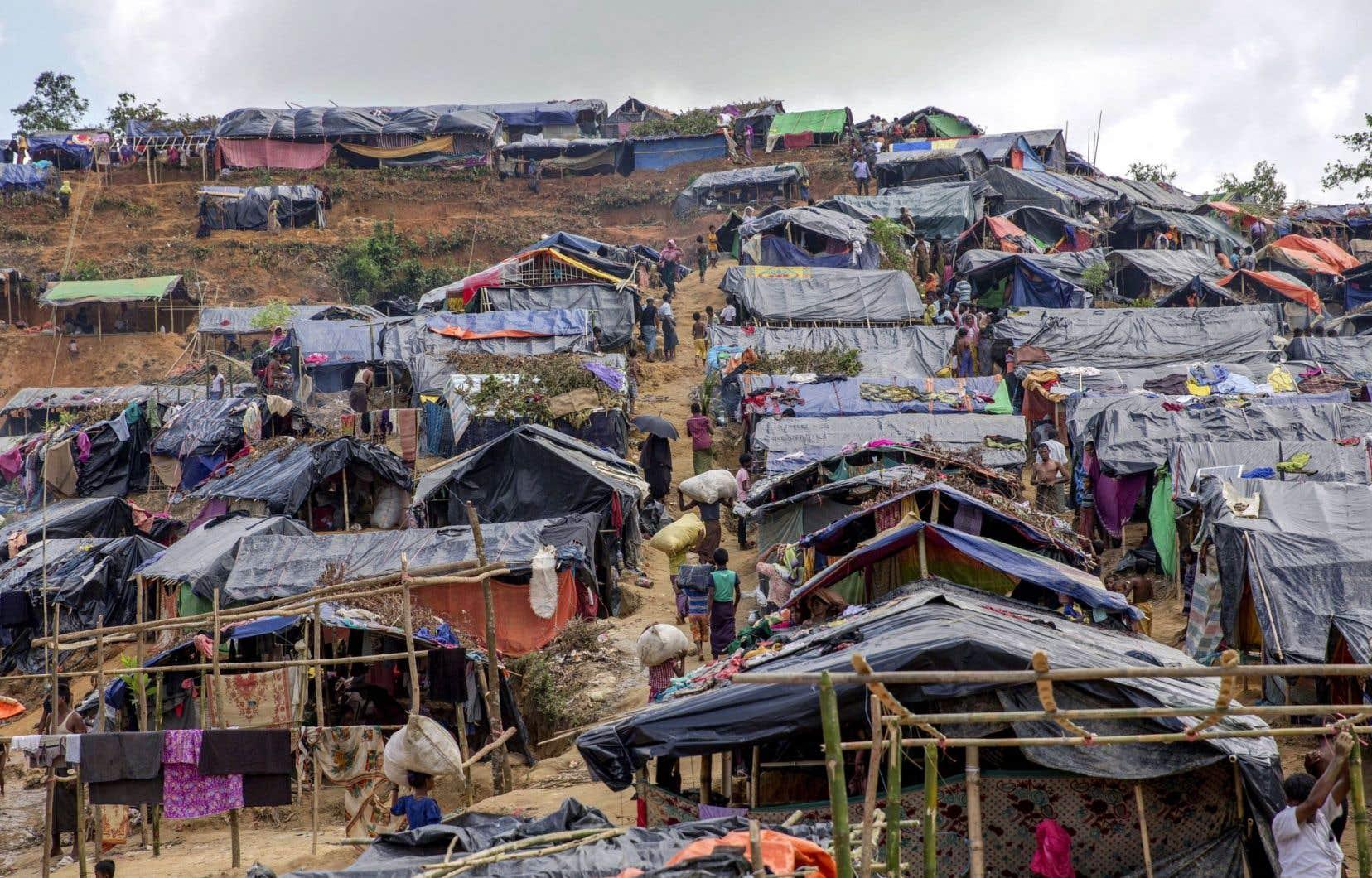«Le terrain est vallonné, sujet aux glissements de terrain, et il n'y a pas de latrines. Quand on marche à travers le camp, on patauge dans l'eau sale et les déjections», décrit Kate White, de MSF.