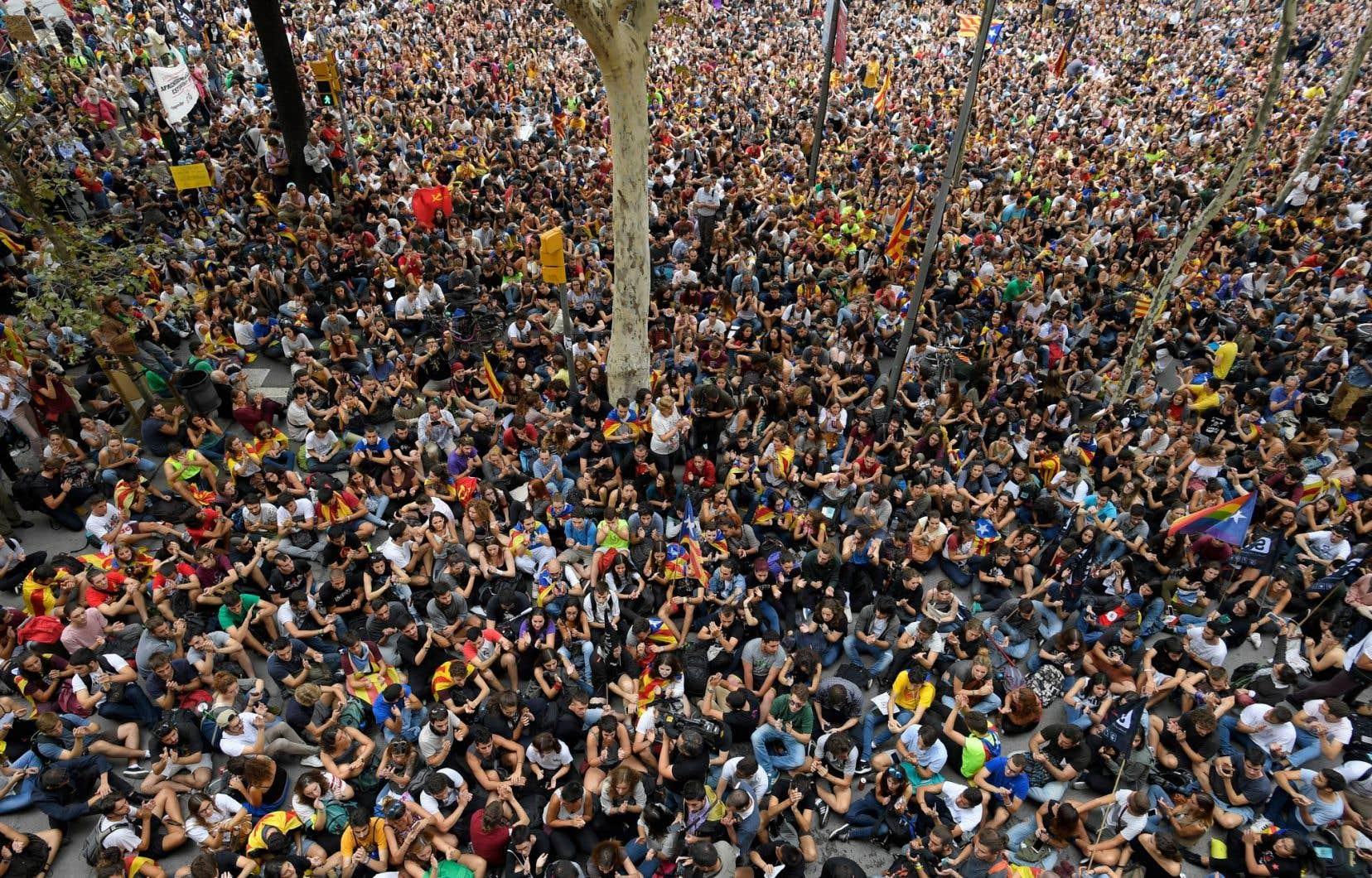 Des centaines d'étudiants ont envahi le siège de l'Université de Barcelone, vendredi.