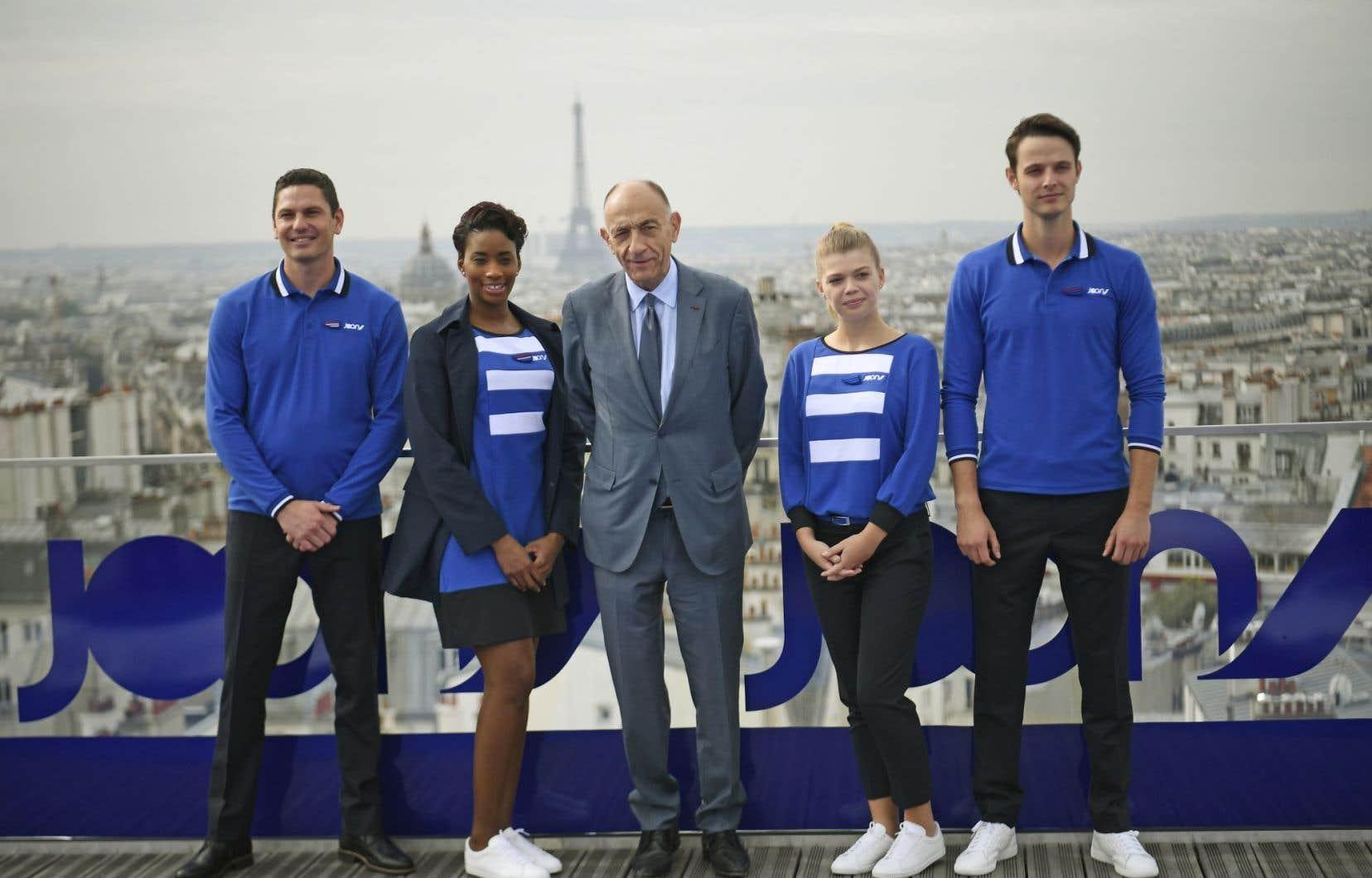 Le p.-d.g. d'Air France-KLM, Jean-Marc Janaillac, entouré d'employés. Joon cherche à séduire les «milléniaux».