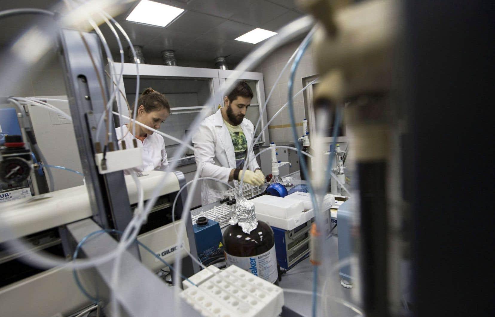 Des employés du laboratoire antidopage de Moscou au travail