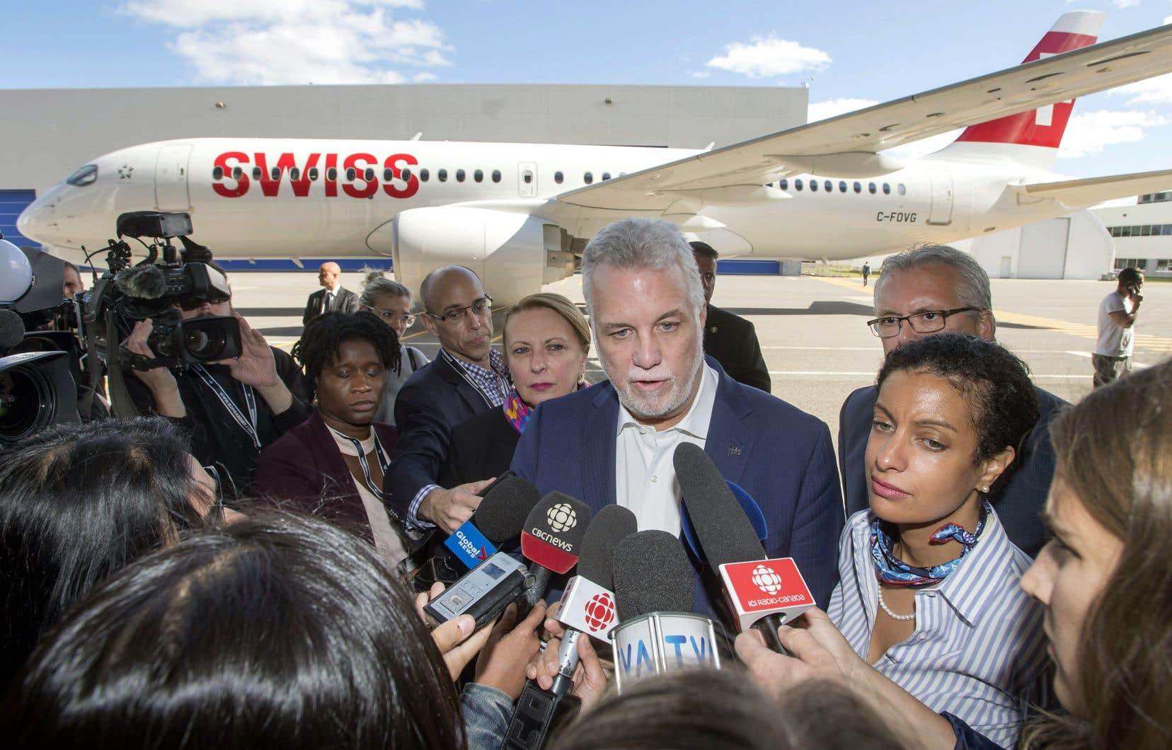 Le premier ministre Philippe Couillard s'adresse aux journalistes lors de son passage à l'usine de Bombardier de Mirabel, le 28septembre dernier.