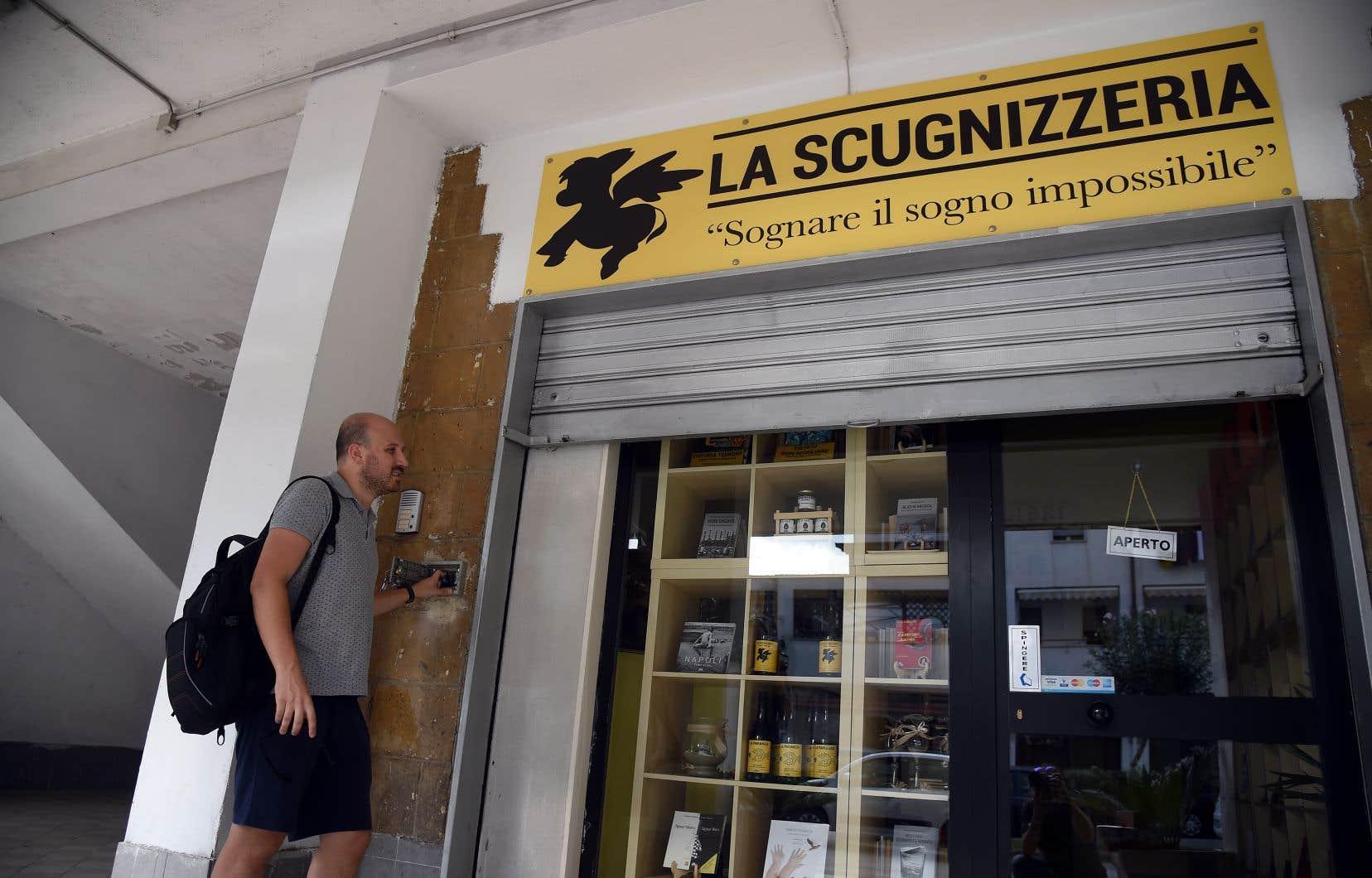 Rosario Esposito La Rossa à l'ouverture de sa librairie à Scampia