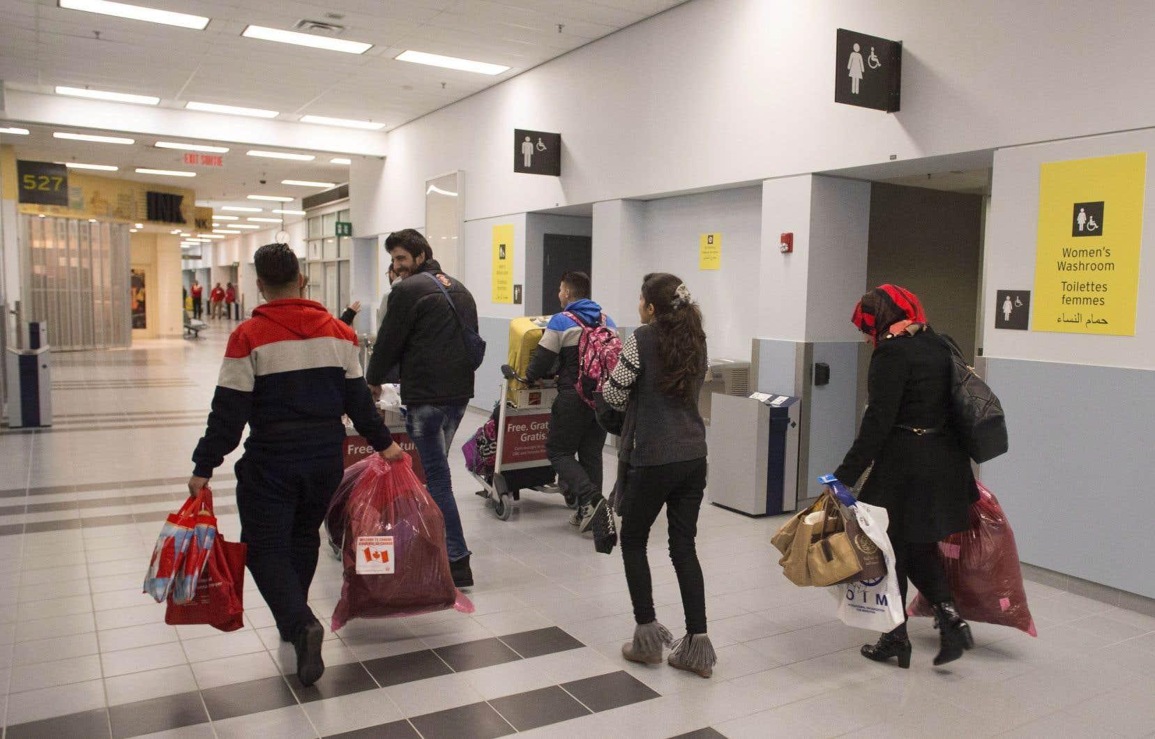Une famille de réfugiés syriens arrive à l'aéroport de Toronto en décembre 2015.