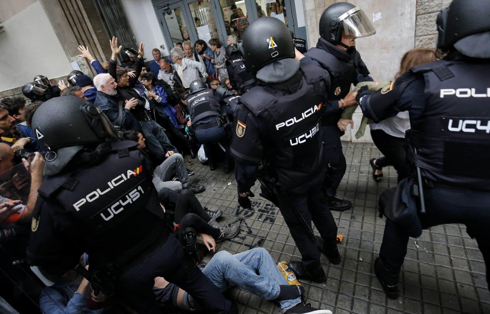 «D'un côté, des citoyens catalans qui tentent d'exercer leur droit de vote, et de l'autre, une police antiémeute qui fait preuve d'une violence inouïe», souligne l'auteur.