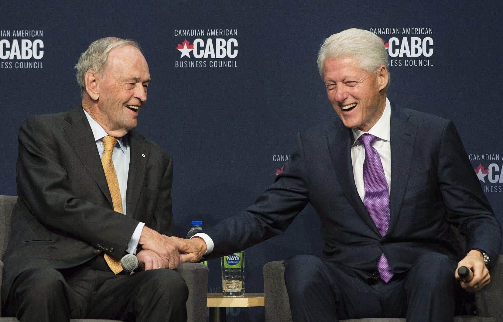 L'ancien premier ministre canadien Jean Chrétien et l'ex-président américain Bill Clinton lors de l'événement présenté par le Conseil des affaires canadiennes-américaines.