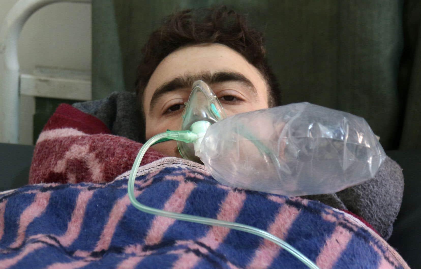 Un homme est soigné après l'attaque deKhan Cheikhoun qui a fait plus de 80 morts en Syrie.