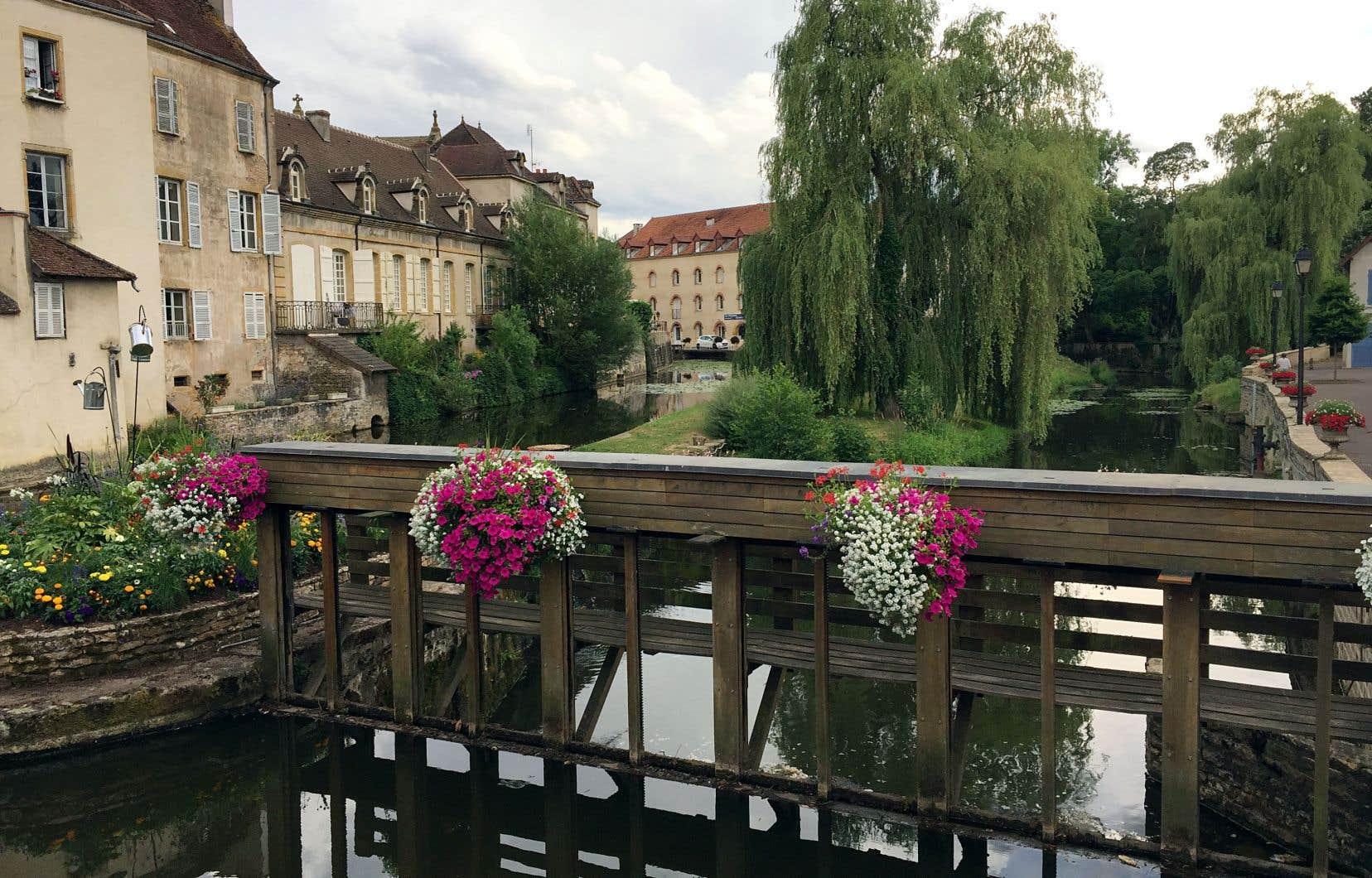 Charolles, ses canaux et ses ponts qui lui donnent un petit air de Bruges campagnarde.