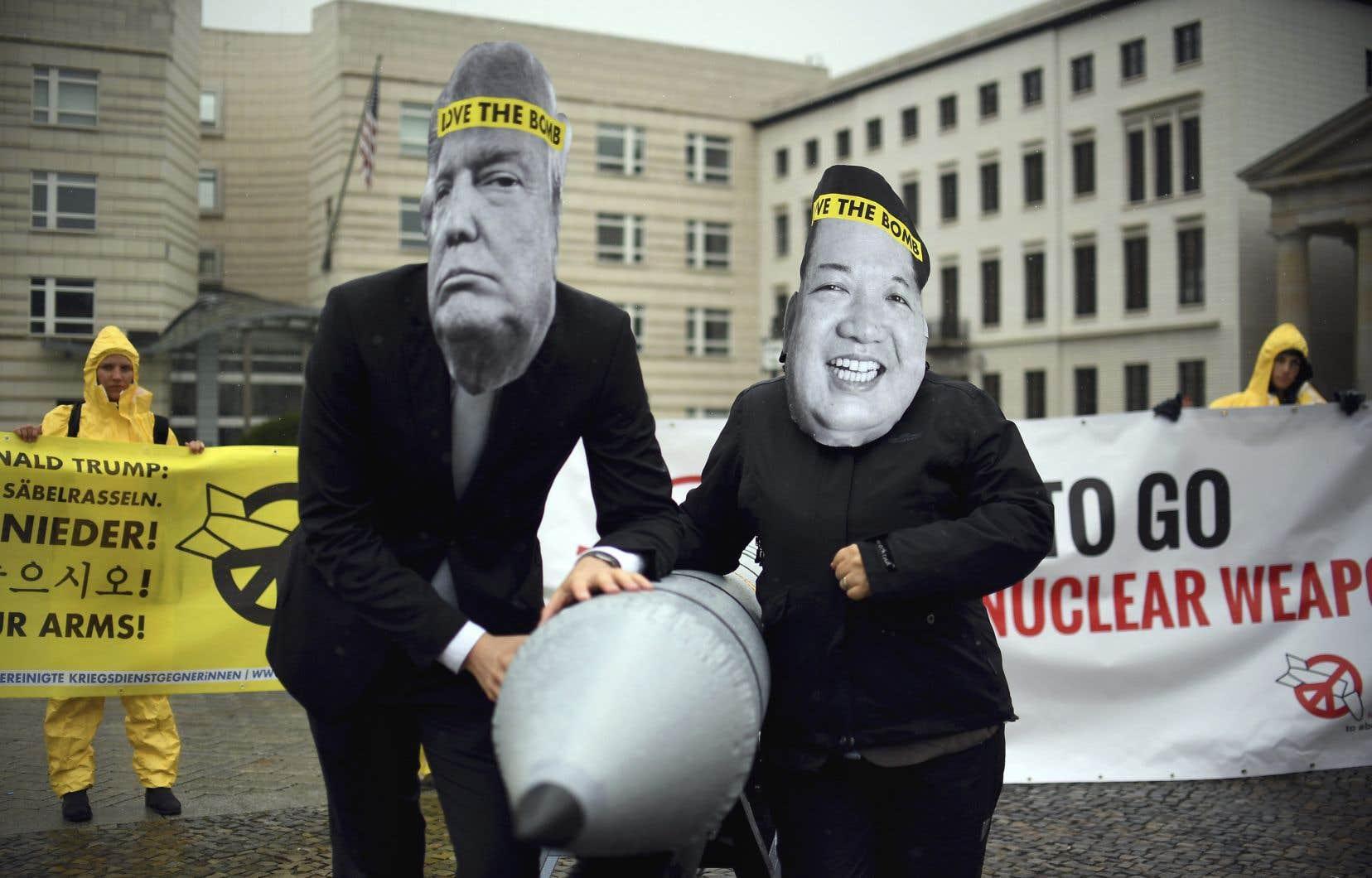 Déguisés avec des masques de Donald Trump et de Kim Jong-un, des militants de l'ICAN ont manifesté contre le conflit entre les États-Unis et la Corée du Nord, en septembre dernier, devant l'ambassade américaine à Berlin.