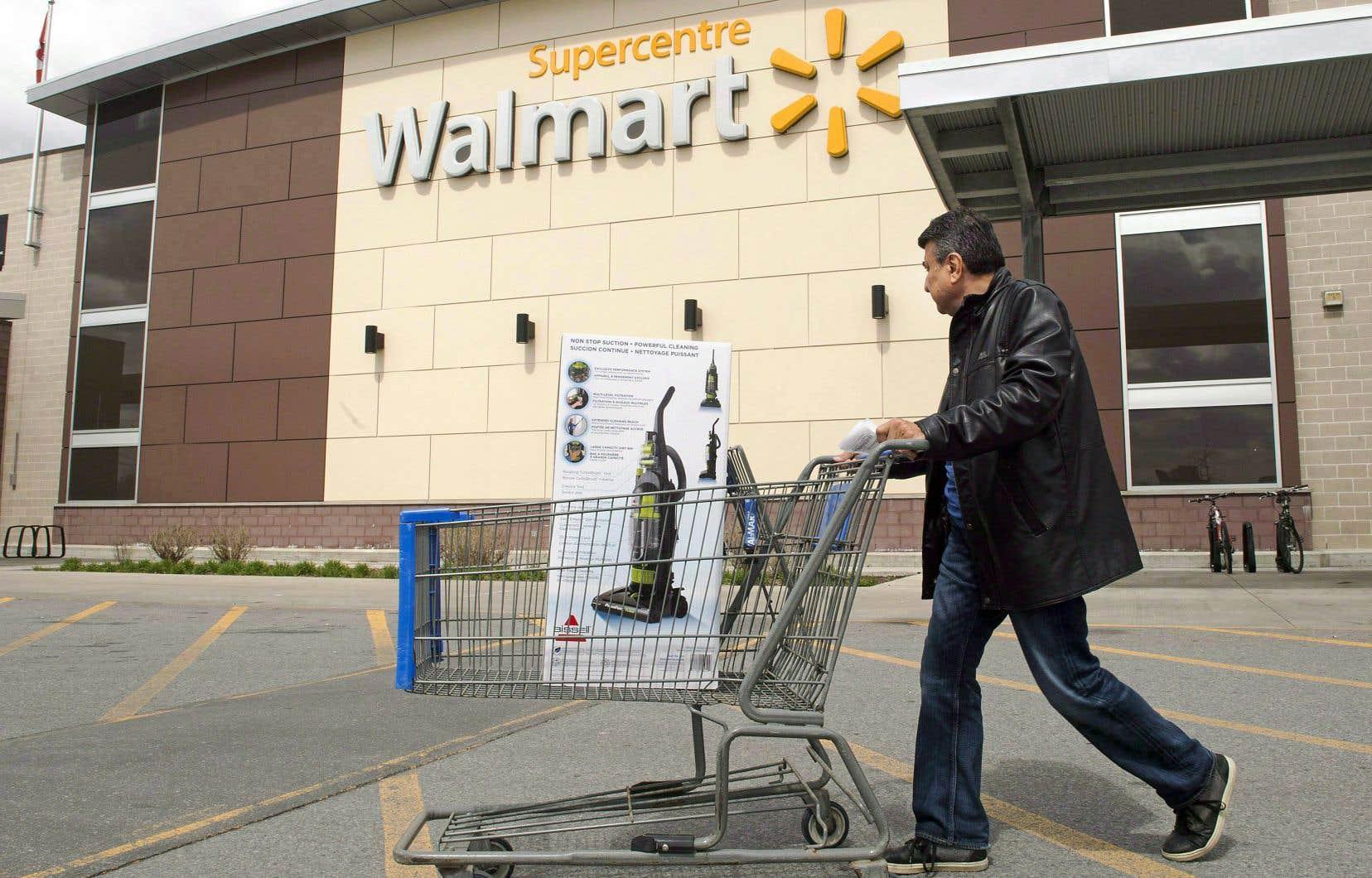 Wal-Mart assure avoir notamment observé une hausse de la fréquentation, aussi bien sur ses plateformes en ligne que dans ses magasins.