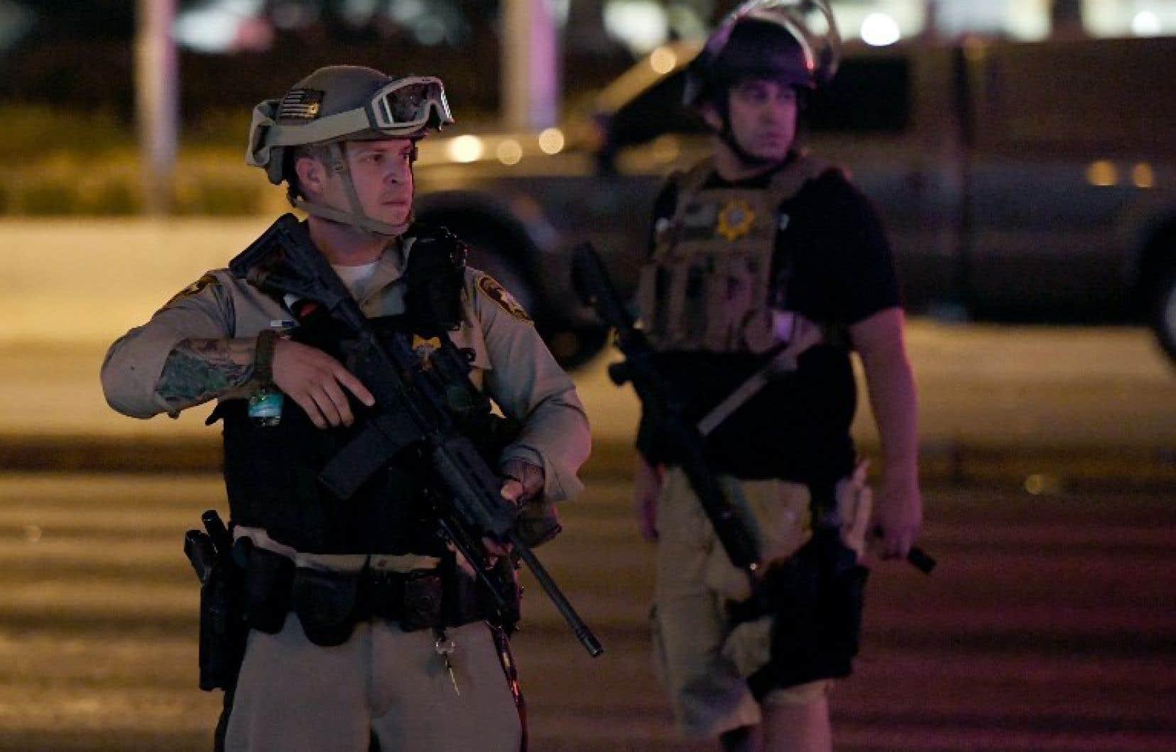 La police a indiqué lundi que l'homme armé Stephen Paddock avait tiré sur le garde de sécurité environ six minutes avant d'ouvrir le feu sur la foule à l'extérieur.